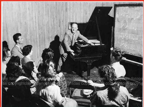 Henry Cowell - 1953 - PORTRAIT of the composer and John CAGE-teacher HENRY COWELL conducting a class (VINTAGE) kopen? Bied vanaf 180!