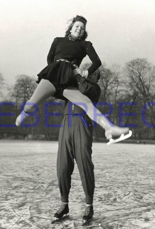 Friedrich Seidenstucker - EISSCHNELLLÄUFER Hans JÜLGE beim Eiskunstschäkern mit JUNGER DAME - OriginalFotographie VINTAGE kopen? Bied vanaf 250!