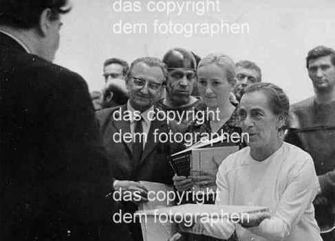 Vera Tenschert - Helene WEIGEL -mehr als etwas knittriges PORTRAIT d. Weigel-FotoBiographin b.einer ÜbergabeZeremonie kopen? Bied vanaf 45!