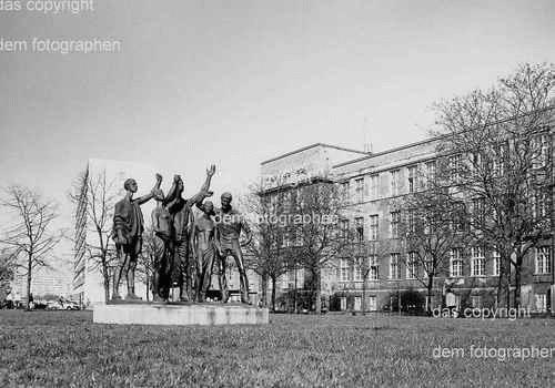 Senta Baldamus - JUGEND der WELT - Handsignierte OriginalFotographie der BERLINER Bildhauerin bezeichnet -KARLSHORST kopen? Bied vanaf 40!