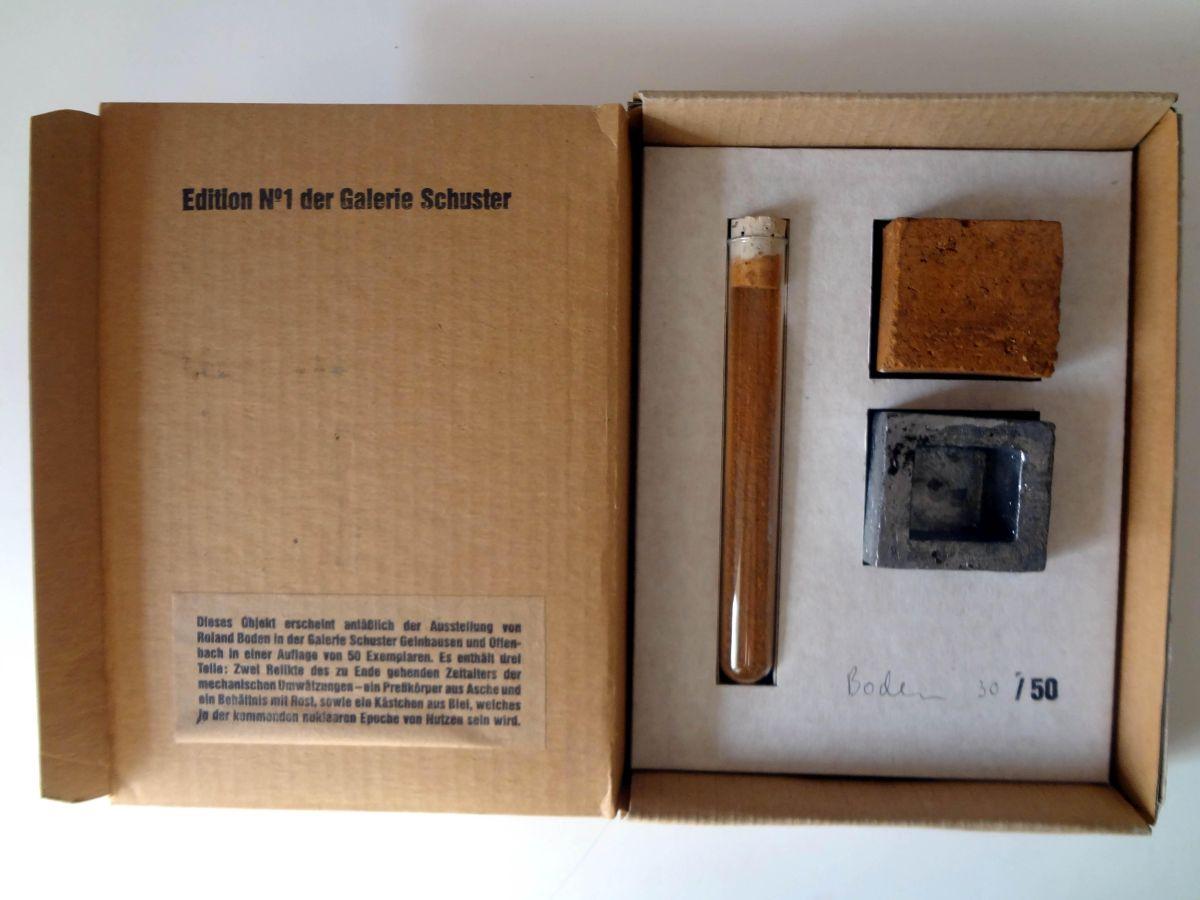Roland Boden - Multiple 3 x 1, Exemplar 30/50, 1996, Preßkörper aus Asche, Behälter mit Rost und Kästchen aus Blei kopen? Bied vanaf 119!