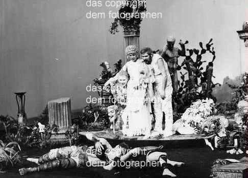 Vera Tenschert - Peter HACKS OMPHALE am Berliner Ensemble 1972 OriginalFotographie der Helene WEIGEL-Portraitistin kopen? Bied vanaf 110!