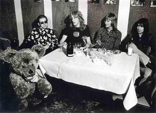 Ingo Barth - Portrait - Elton JOHN mit Band und Riesen-STEIFF-TEDDYBÄR - Handabzug auf Baryt handsigniert kopen? Bied vanaf 190!