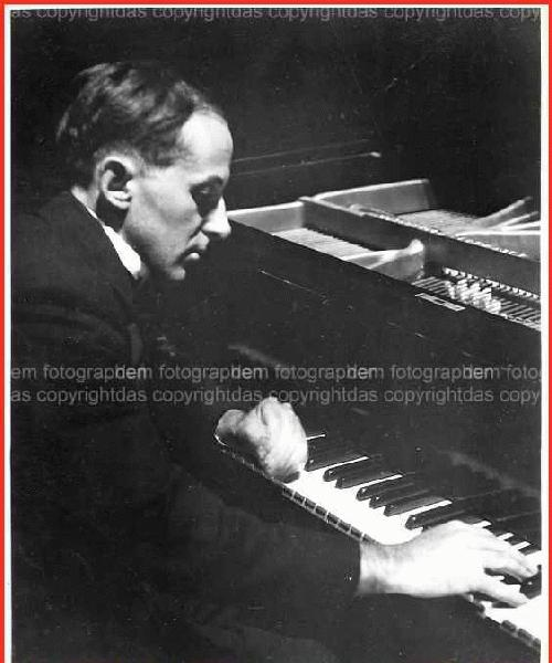 Henry Cowell - PORTRAIT - PLAYING his OWN COMPOSITIONs at the time of his BERLIN début in 1923 OriginalFotographie kopen? Bied vanaf 240!