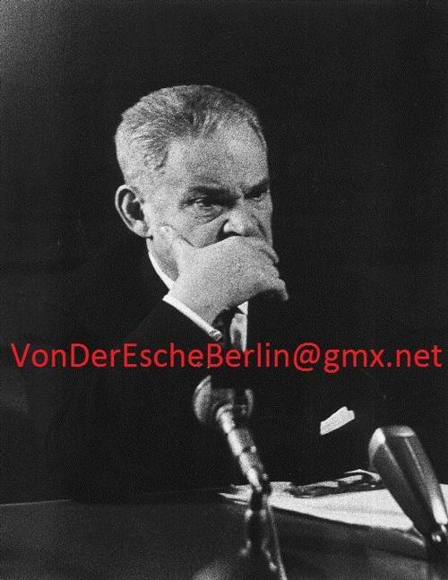 Werner Eckelt - Regisseur FRITZ KORTNER - AUSDRUCKSTUDIE 1959 - Bei einer LESUNG von Aller Tage Abend - VINTAGE kopen? Bied vanaf 130!