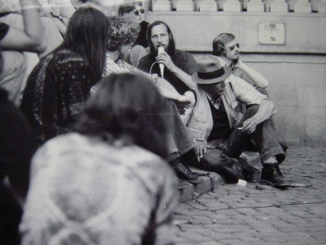 Joseph Beuys - s/w Fotografie 20 x 30 cm,1977 auf der documenta 6 in Kassel vor dem Fridericianum kopen? Bied vanaf 29!
