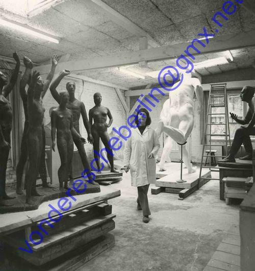 Senta Baldamus - WELTJUGENDGRUPPE - Die BILDHAUERIN mit ihrer SKULPTUR - 5 OriginalFotographien 1976-79 - KARLSHORST kopen? Bied vanaf 170!