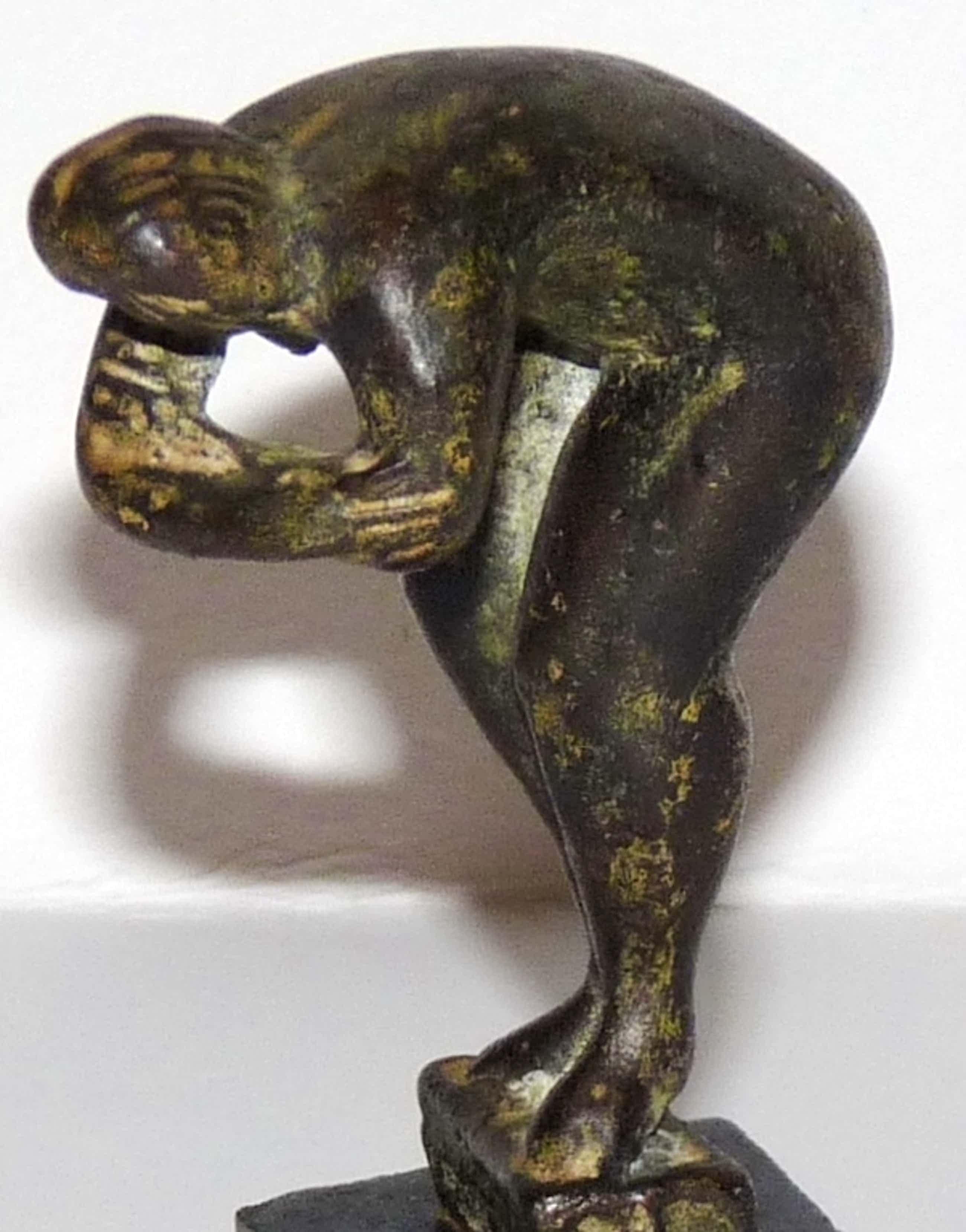 Piet van Heerden, Bronzen beeld op sokkel, Staande vrouw voorovergebogen kopen? Bied vanaf 195!
