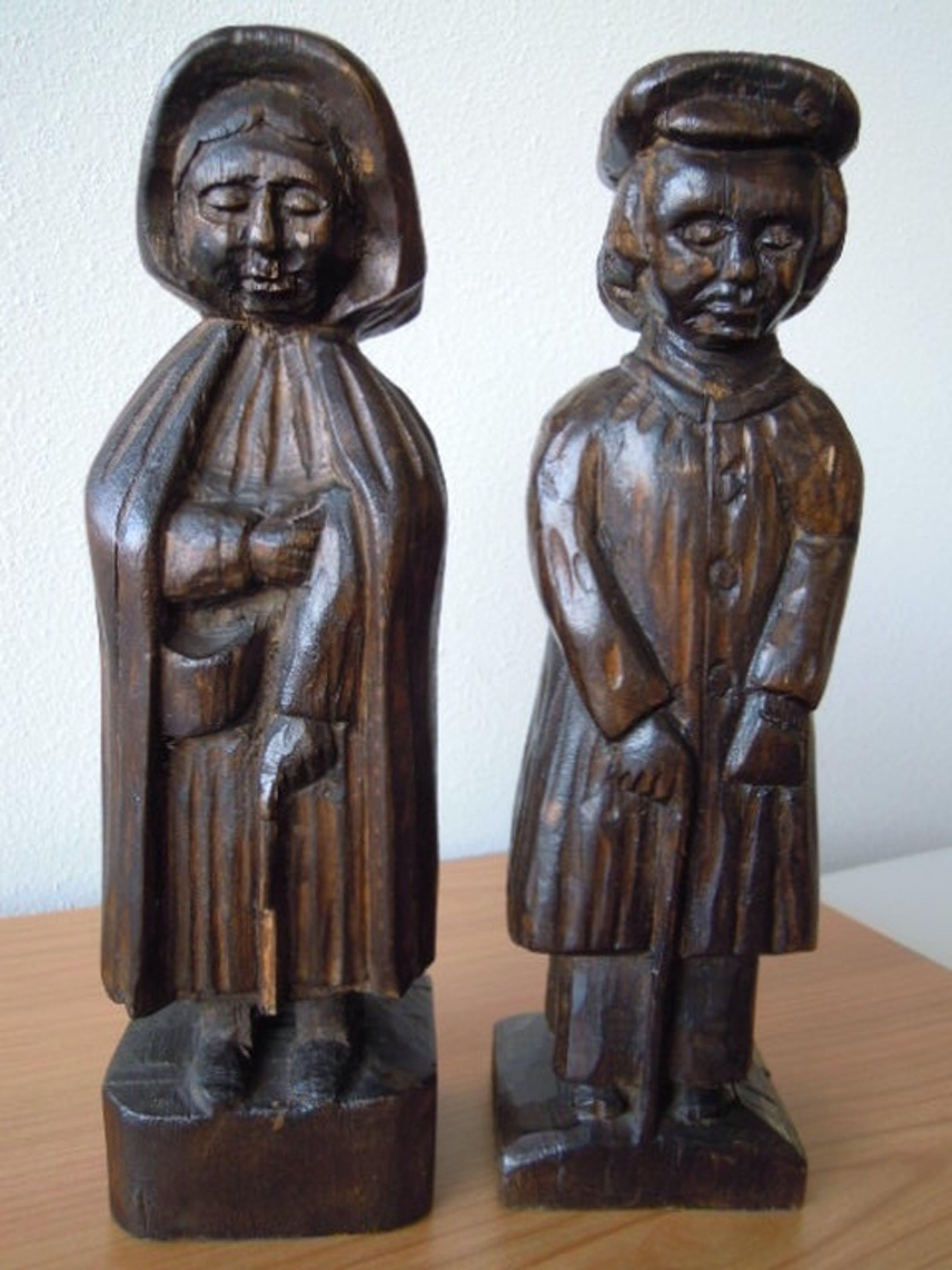2 Zeer oude houten beelden van BRABANTSE BOER EN BOERIN met poffer-33 cm hoog   kopen? Bied vanaf 15!