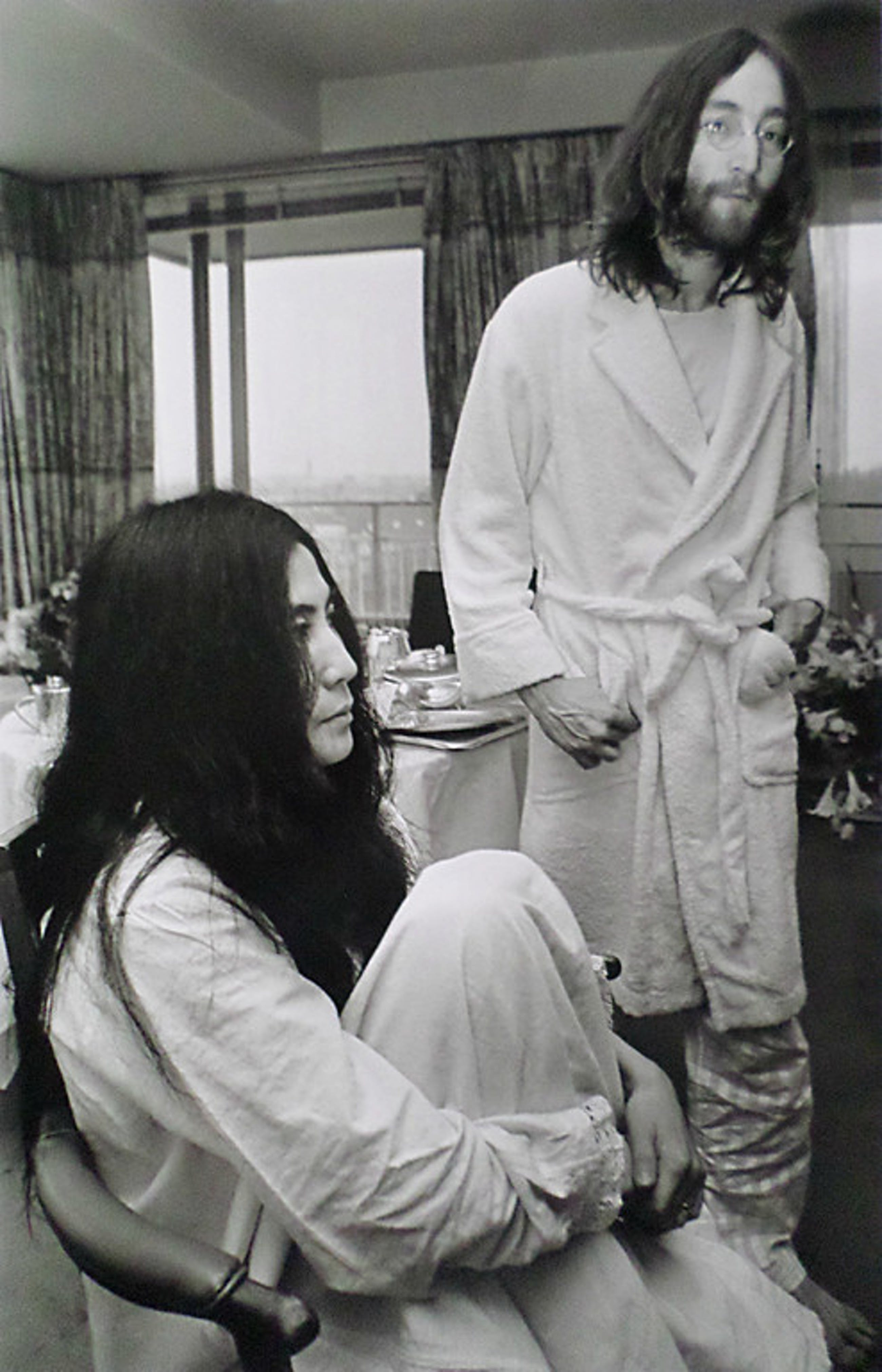 Nico Koster - John Lennon en Yoko Ono - Bed peace, foto, gesigneerd en genummerd kopen? Bied vanaf 150!