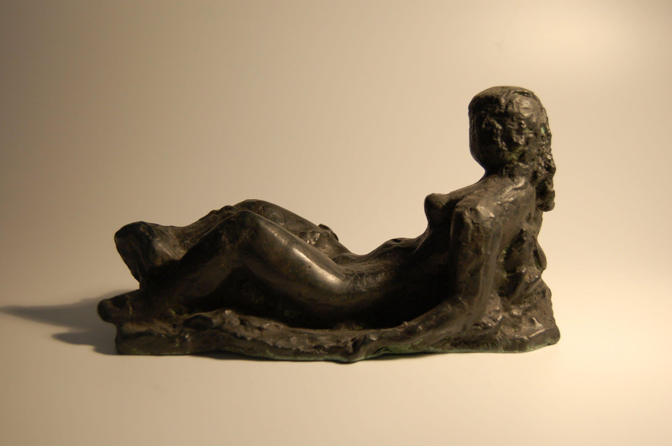Charlotte van Pallandt: bronzen beeld- liggend naakt met draperie kopen? Bied vanaf 1200!