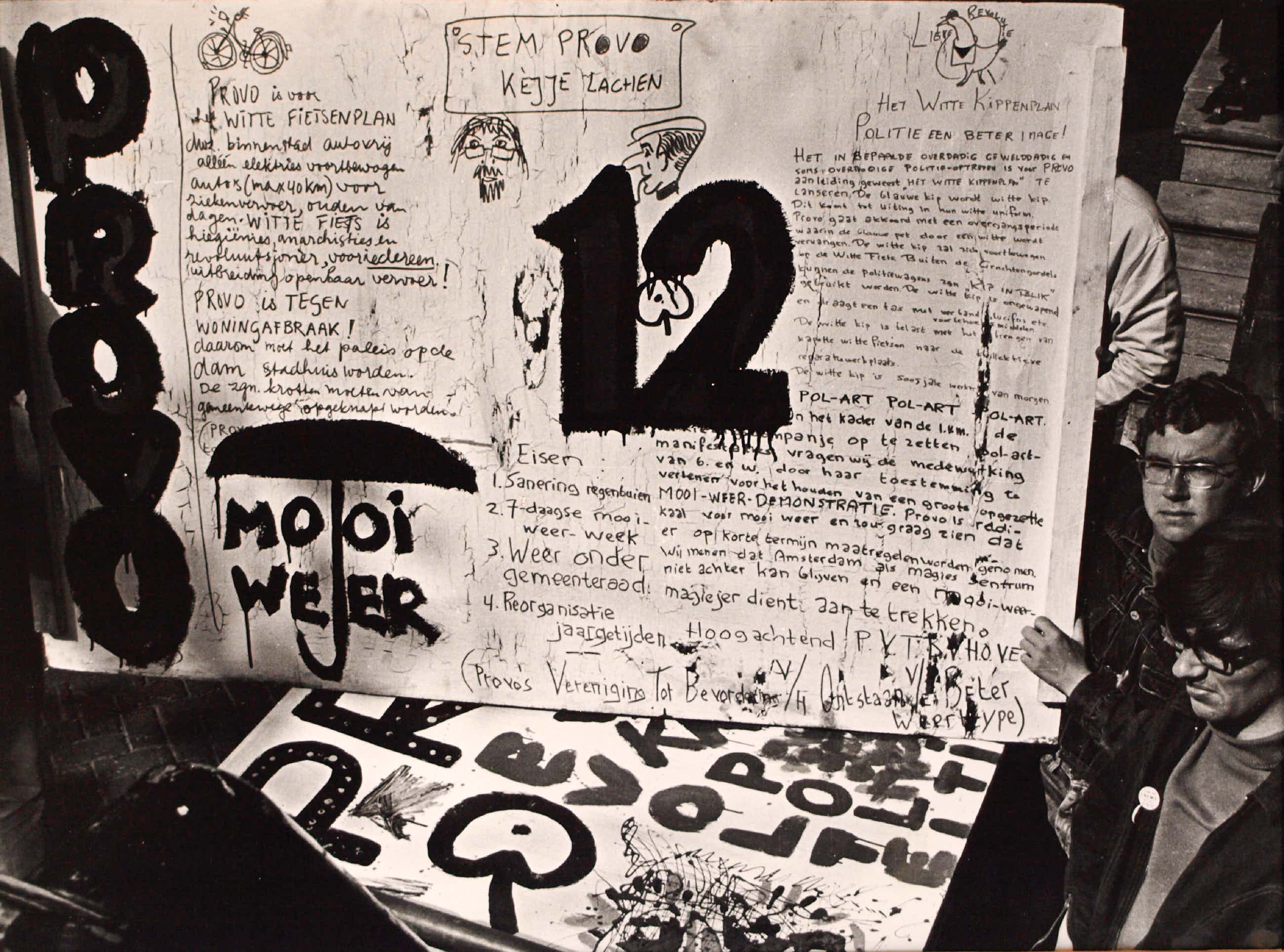 Cor Jaring - Foto , Verkiezingsbord Provo 1966 - ingelijst - 1987 kopen? Bied vanaf 75!