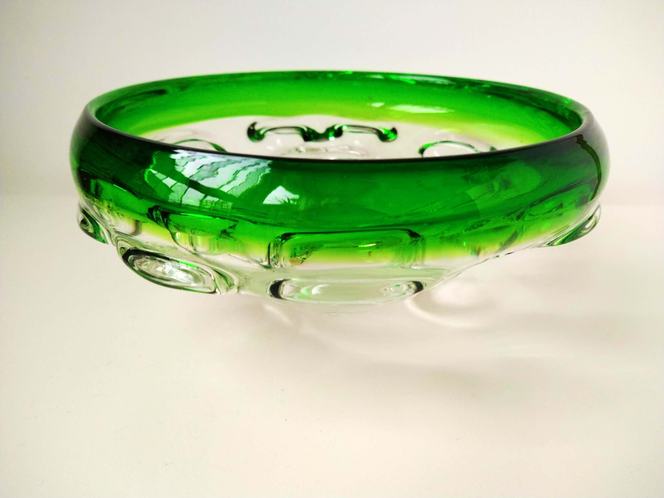 Josef Hospodka - zware glazen kom met groene rand kopen? Bied vanaf 45!