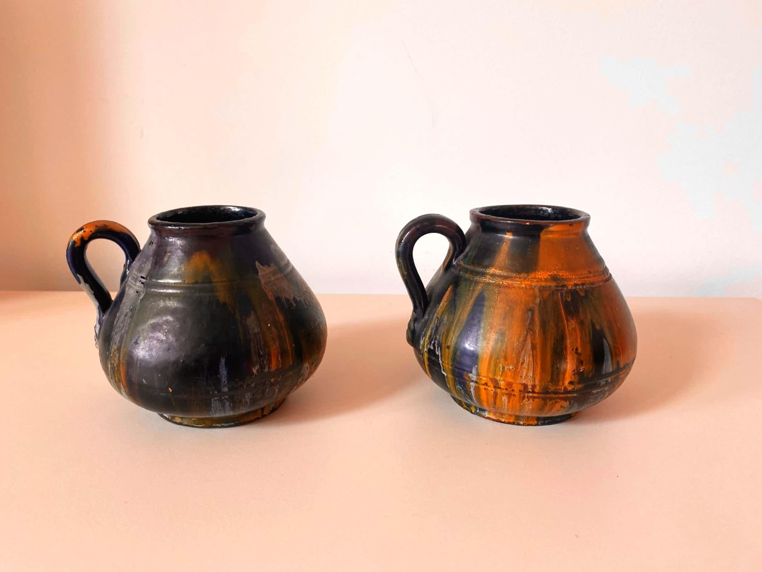 Niet of onleesbaar gesigneerd - Twee aardewerken oorvaasjes voorzien van test glazuur kopen? Bied vanaf 1!