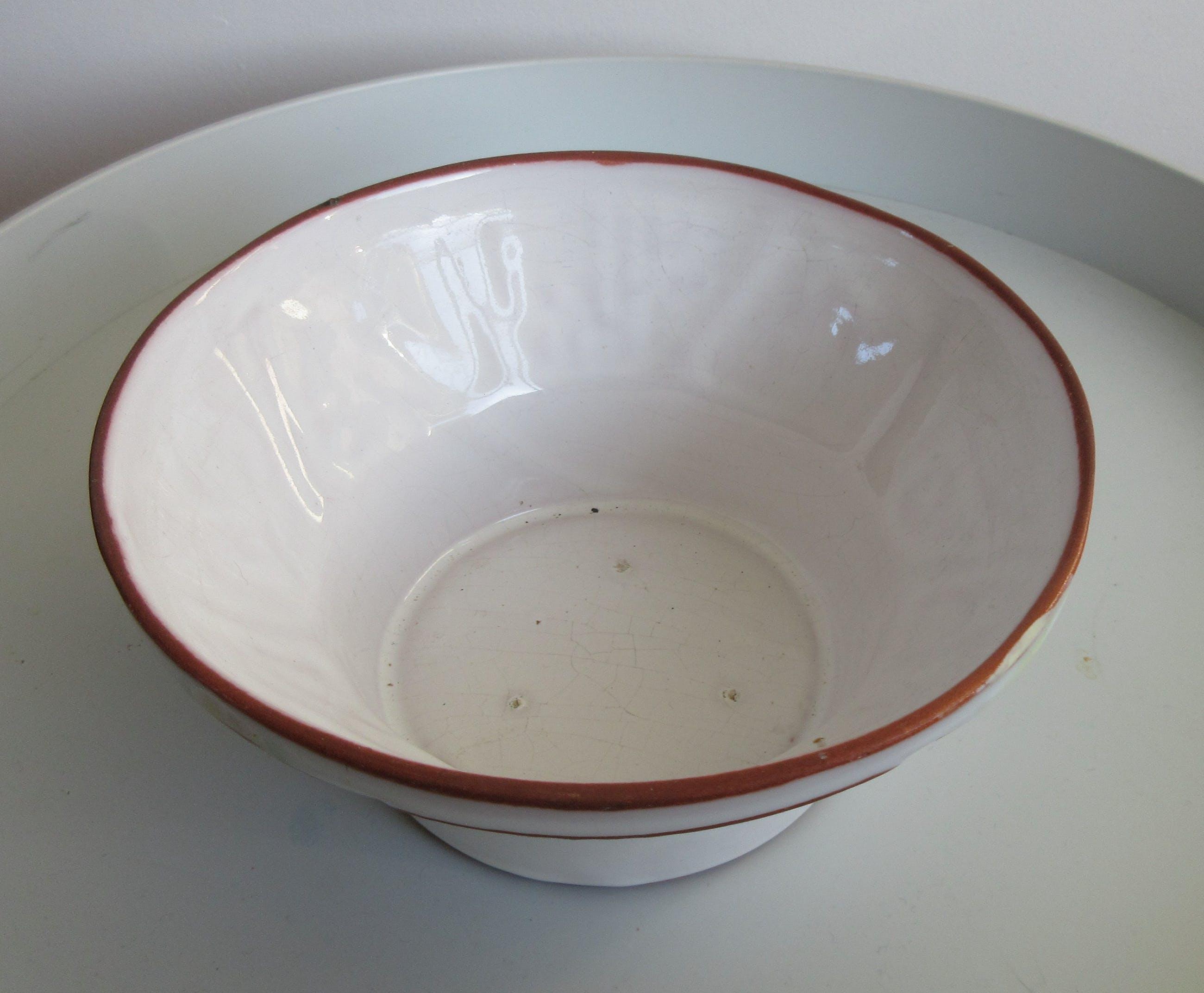 Niet of onleesbaar gesigneerd - Rood Aardewerken kom met wit glazuur en incisiedecor van verschillende dieren kopen? Bied vanaf 1!