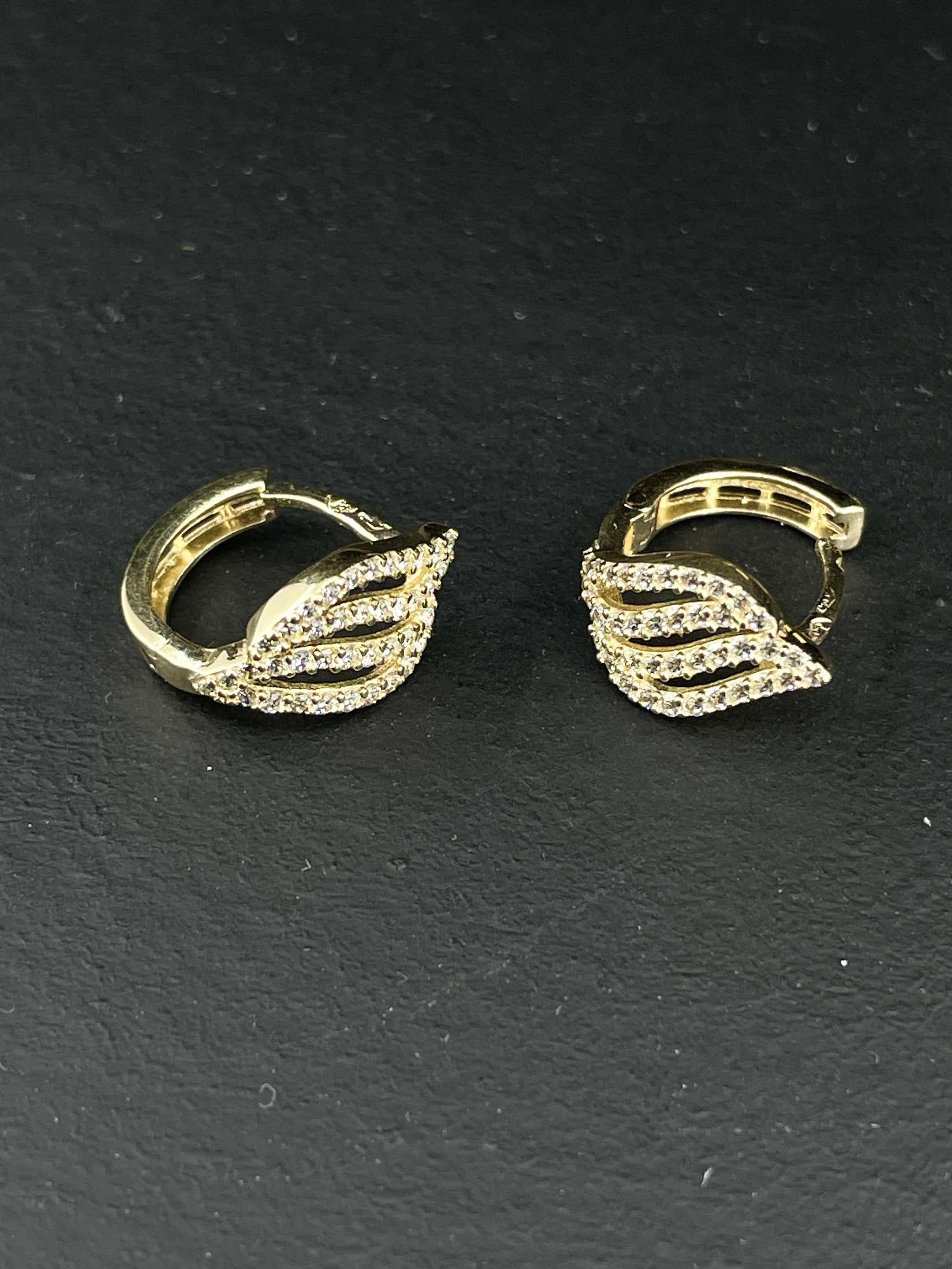 14kt gouden oorbellen met simulant diamant, 2,13 gr kopen? Bied vanaf 75!