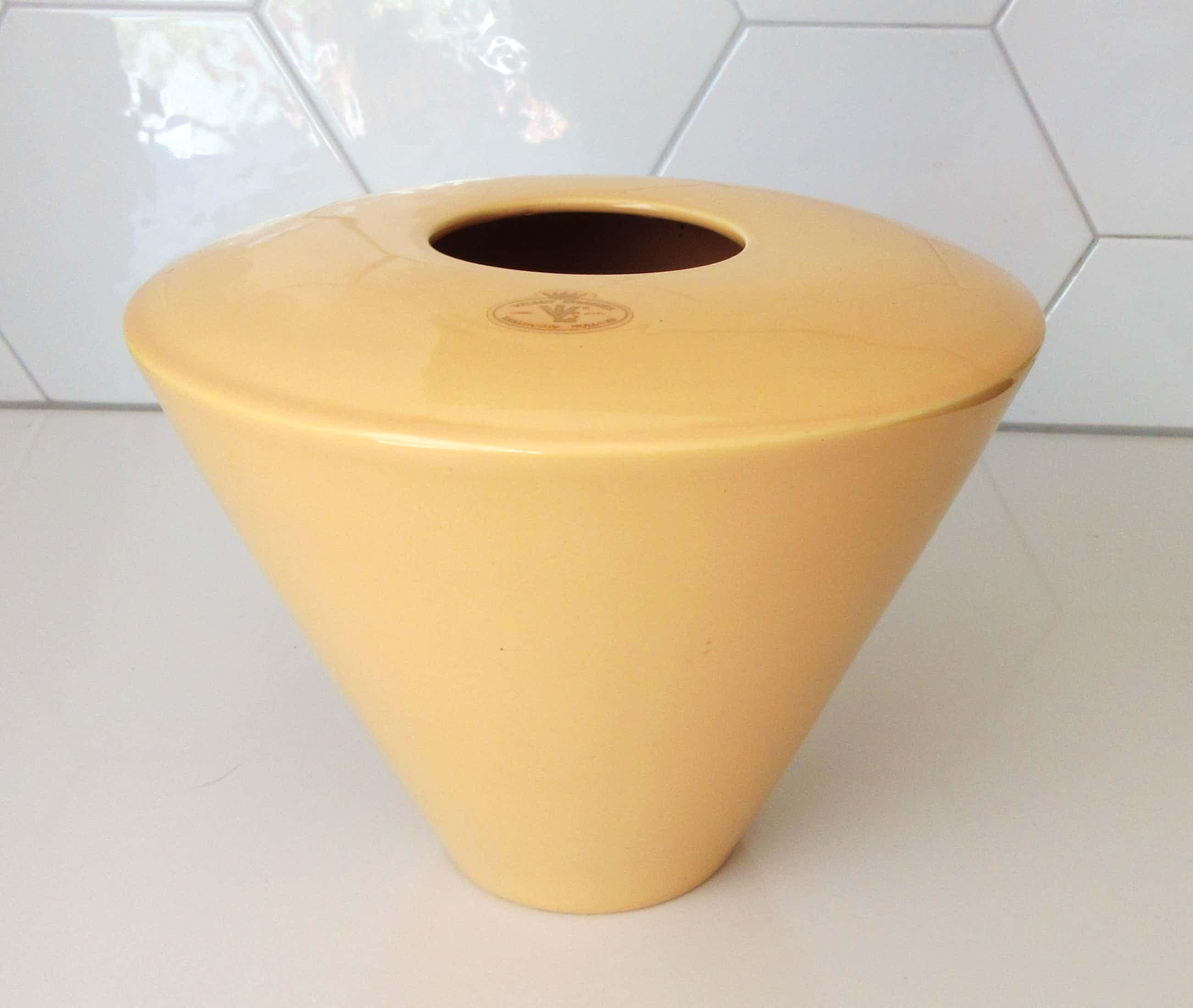 Keramiekfabriek Velsen - Mid Century Modernistische zachtgele vaas kopen? Bied vanaf 45!