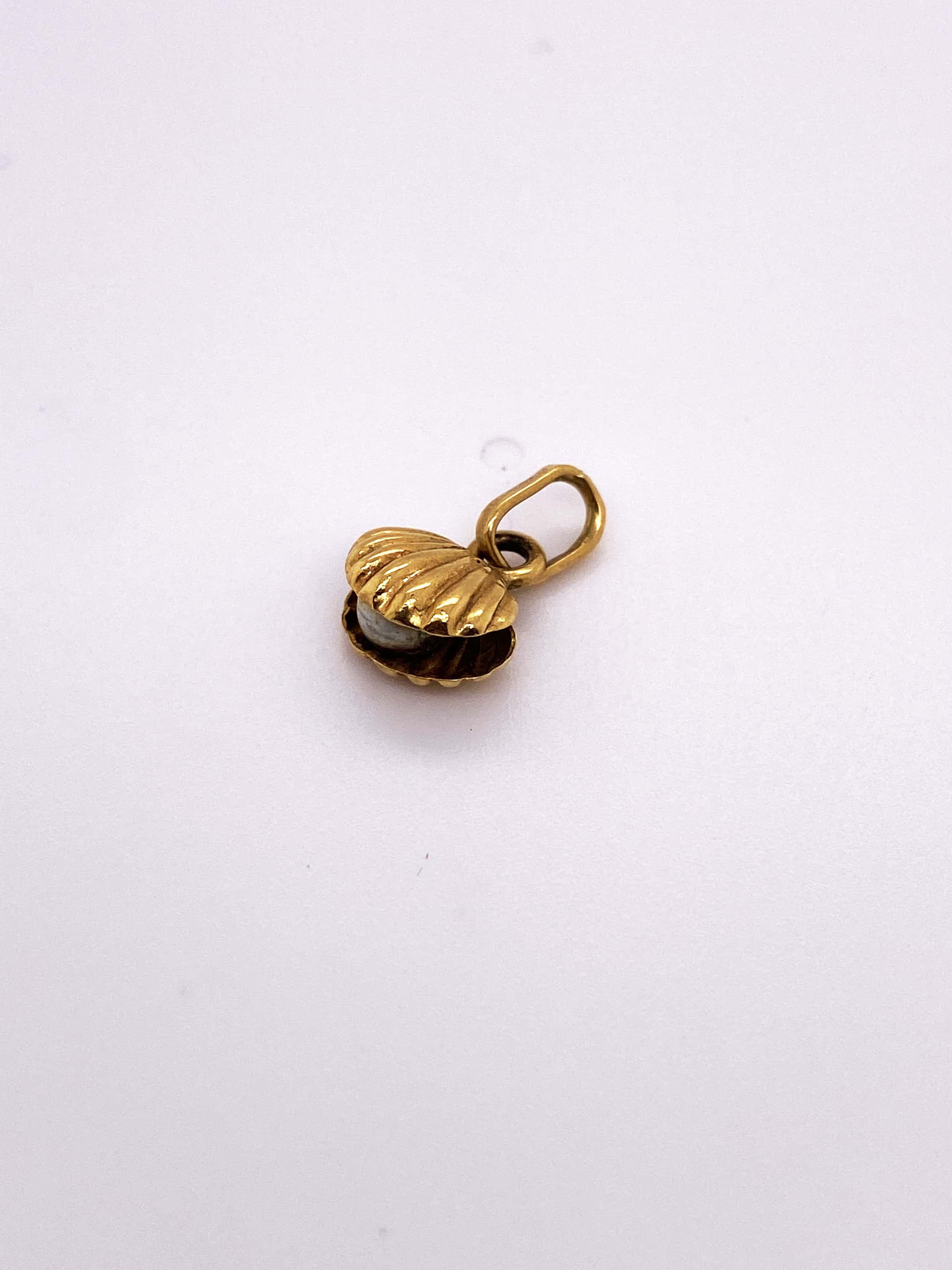 18kt gouden st jacobschelpje hanger met parel, 0,76gr kopen? Bied vanaf 100!