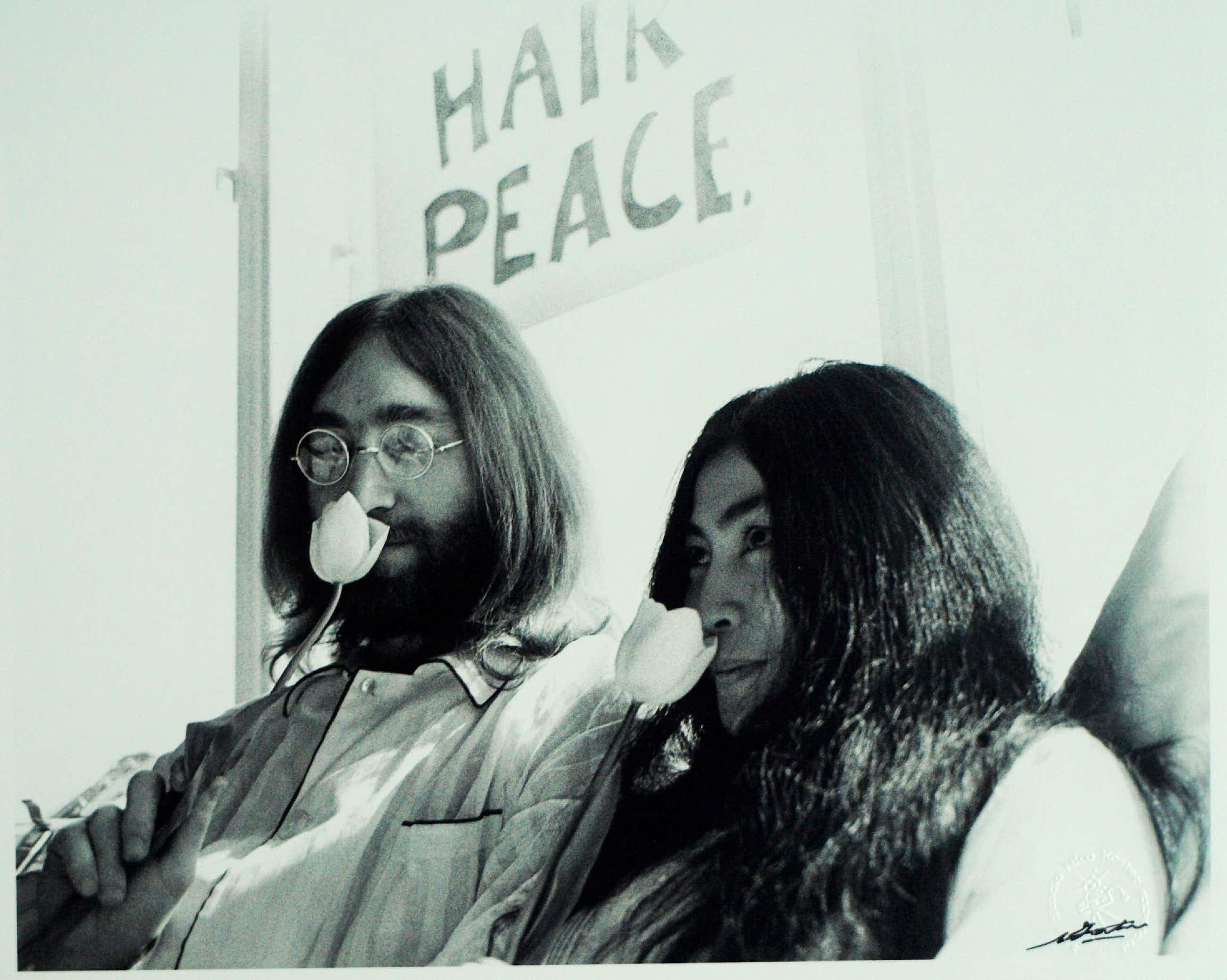 Nico Koster - Foto, John Lennon , Hilton Hotel tijdens de 'Bed-in for Peace' in '69 + Boek kopen? Bied vanaf 175!