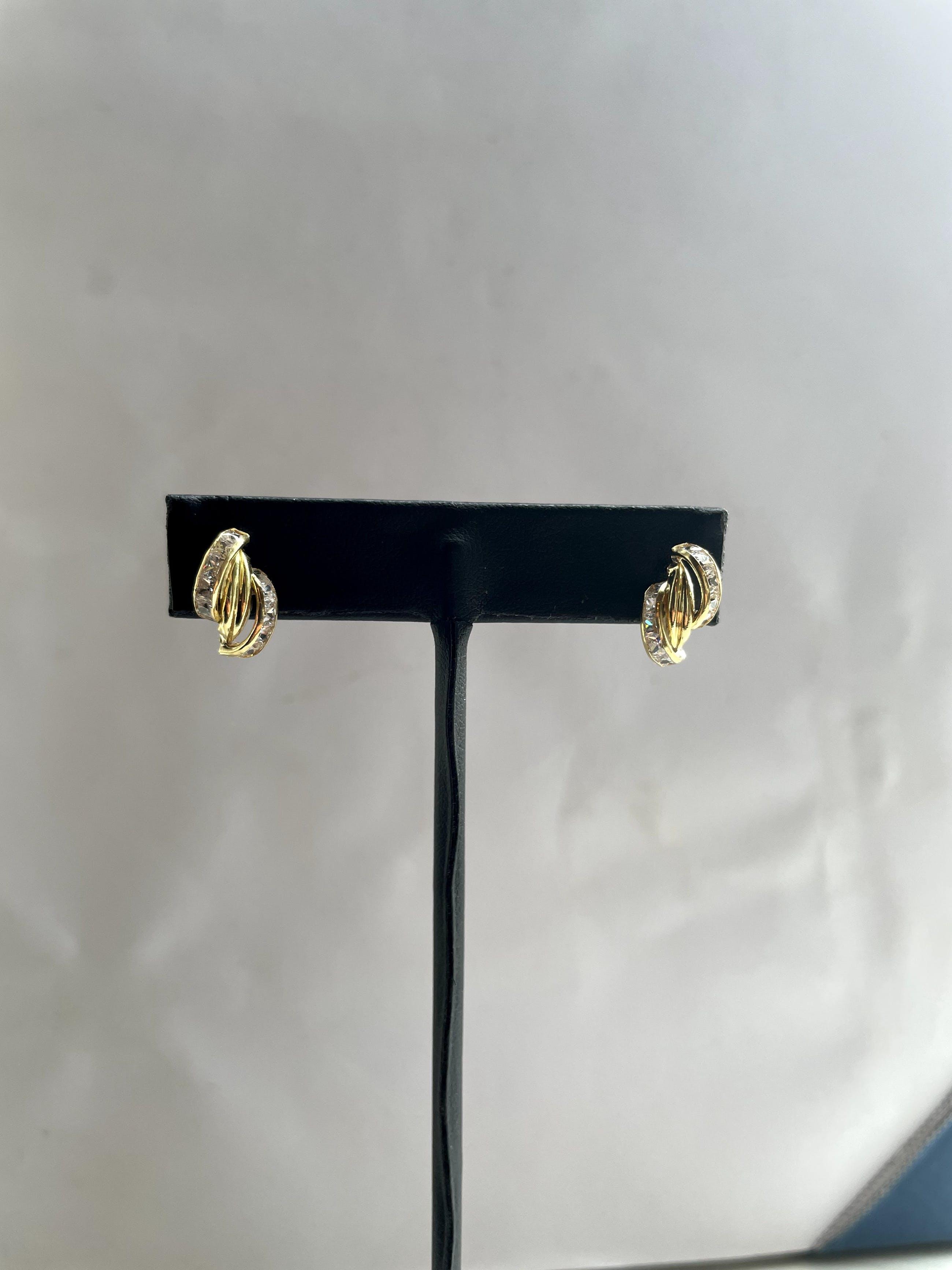 18kt gouden oorstekers, met simulanten van diamant1,61 gram kopen? Bied vanaf 90!