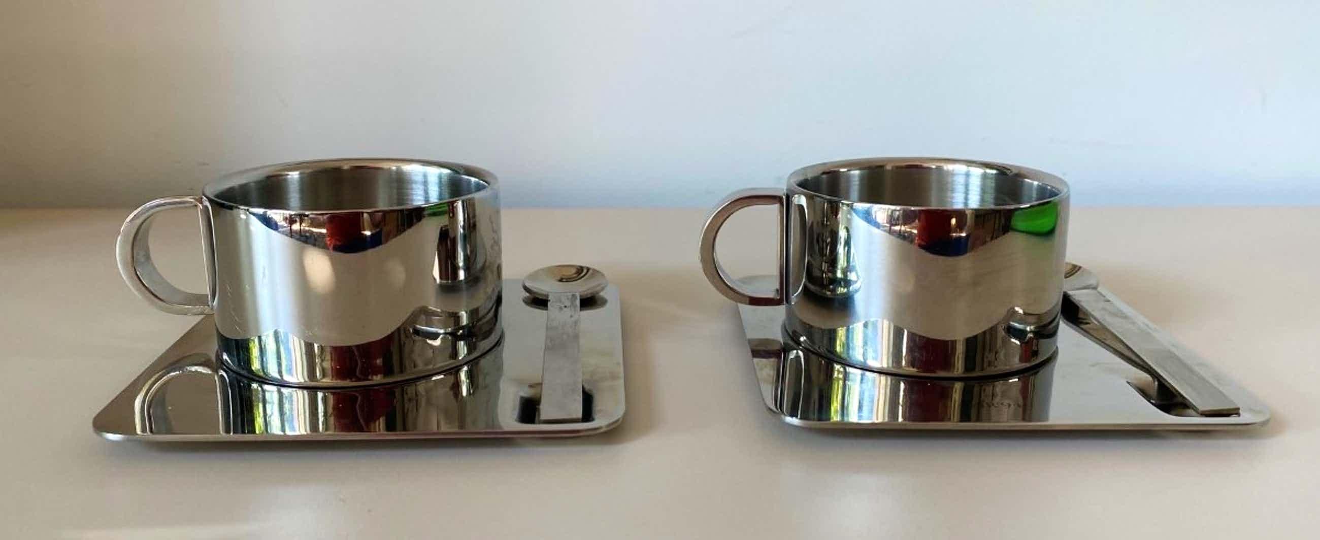 Niet of onleesbaar gesigneerd - Twee rvs design kop- en schotels van Dulton Co uit Engeland kopen? Bied vanaf 1!