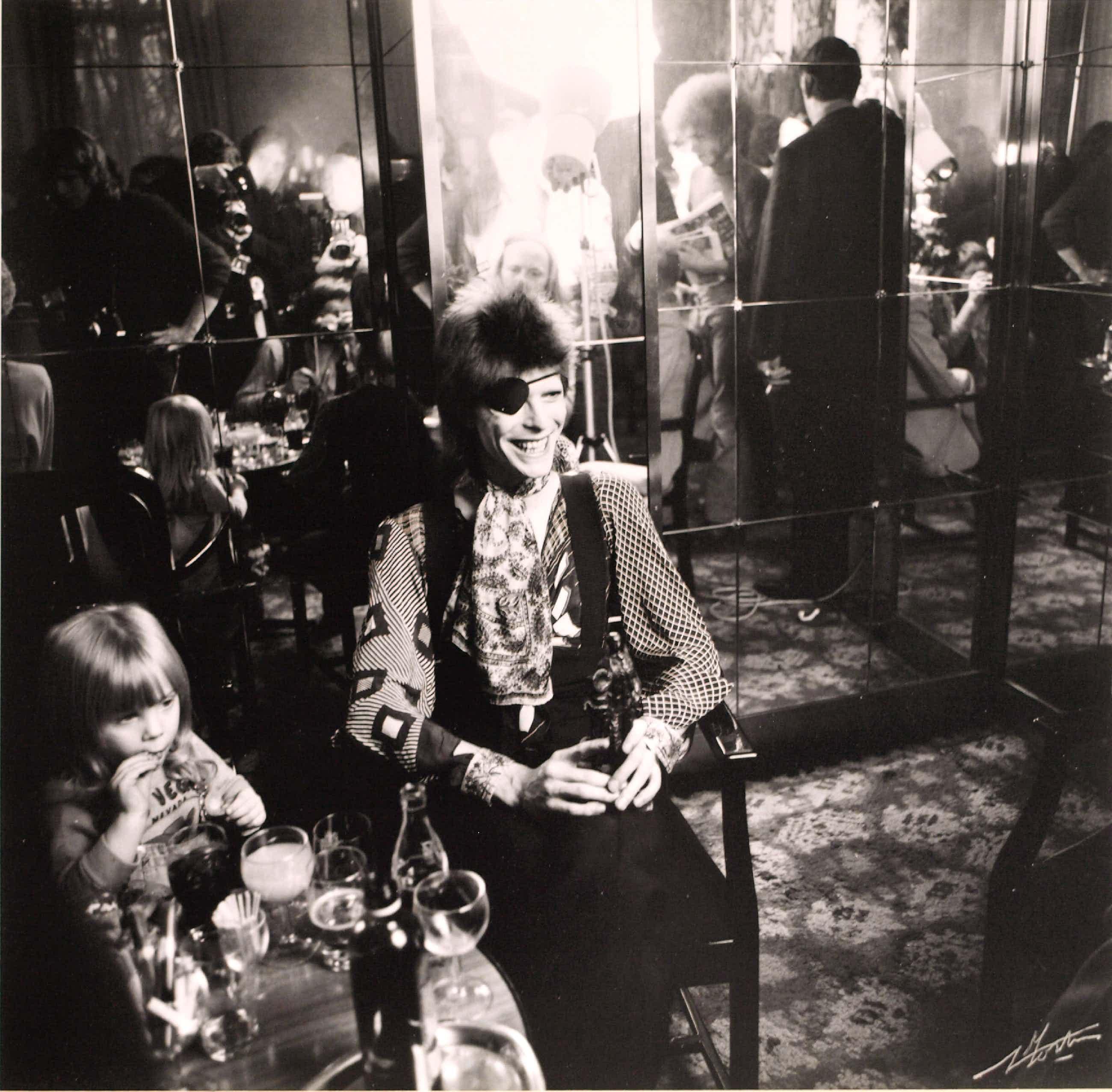 Nico Koster - David Bowie met zoon Duncan in het Amstel Hotel Amsterdam - 1973 - ingelijst kopen? Bied vanaf 297!