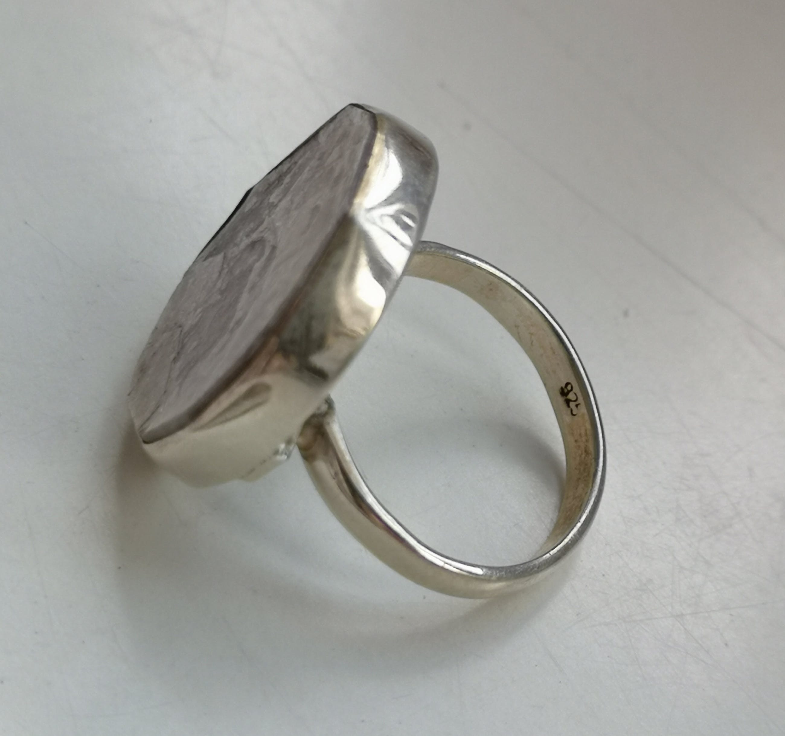 Niet of onleesbaar gesigneerd - hanger met ring met Flashy Lepidolite Mica kopen? Bied vanaf 10!