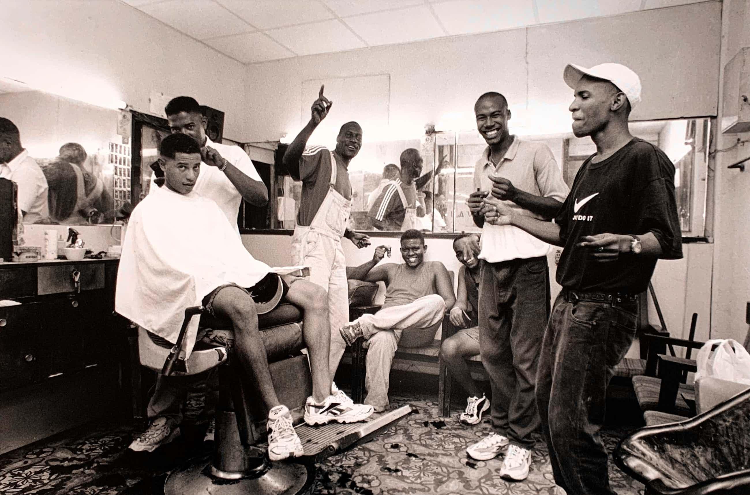 Nico Koster - handgesigneerde foto | 'Dansende mannen bij de kapper in Cuba' | 1999 kopen? Bied vanaf 75!