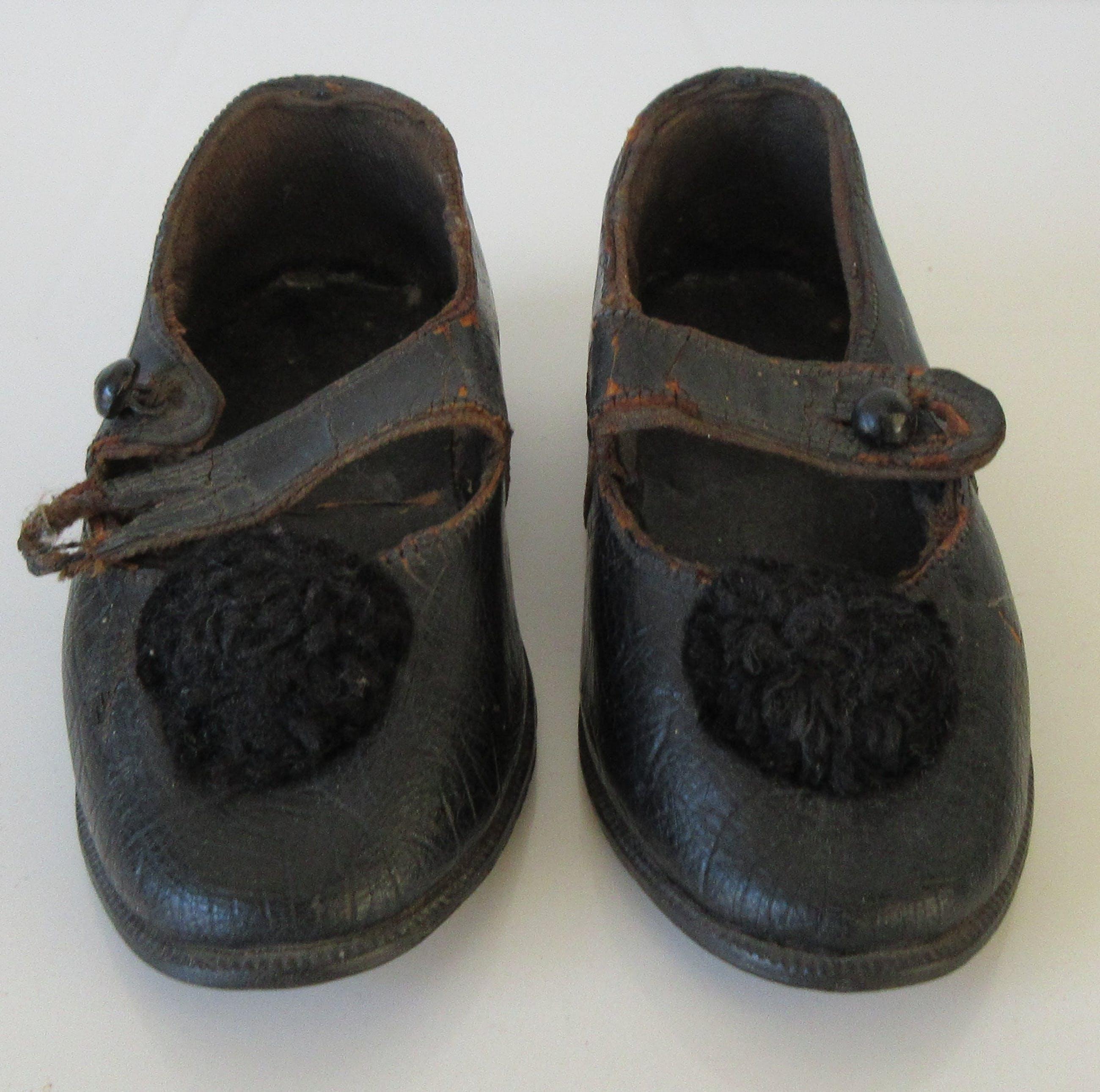 Twee antieke leren kinderschoenen voor een meisje kopen? Bied vanaf 1!