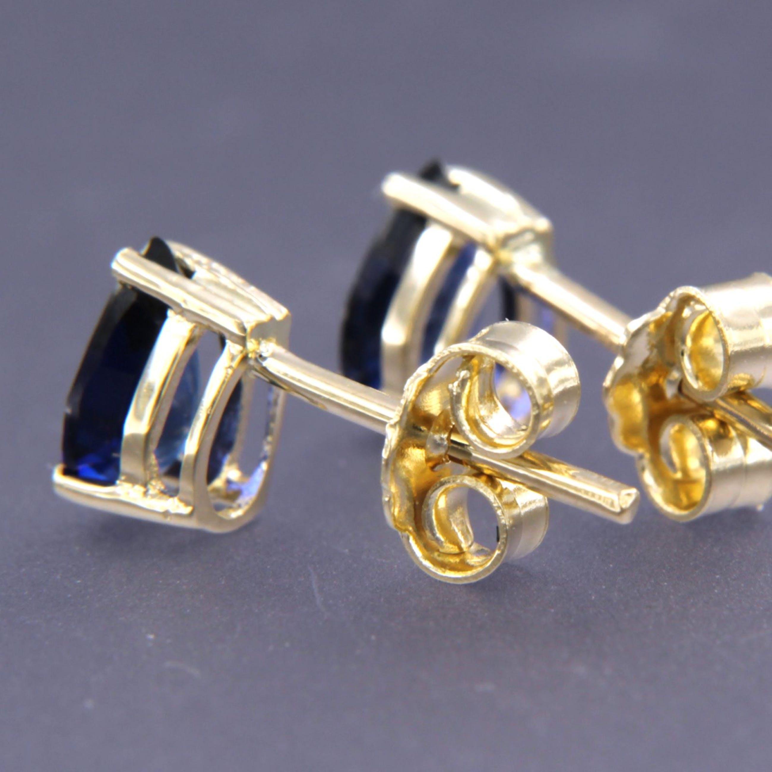 14K Goud - geelgouden oorknoppen met peergeslepen saffier kopen? Bied vanaf 150!