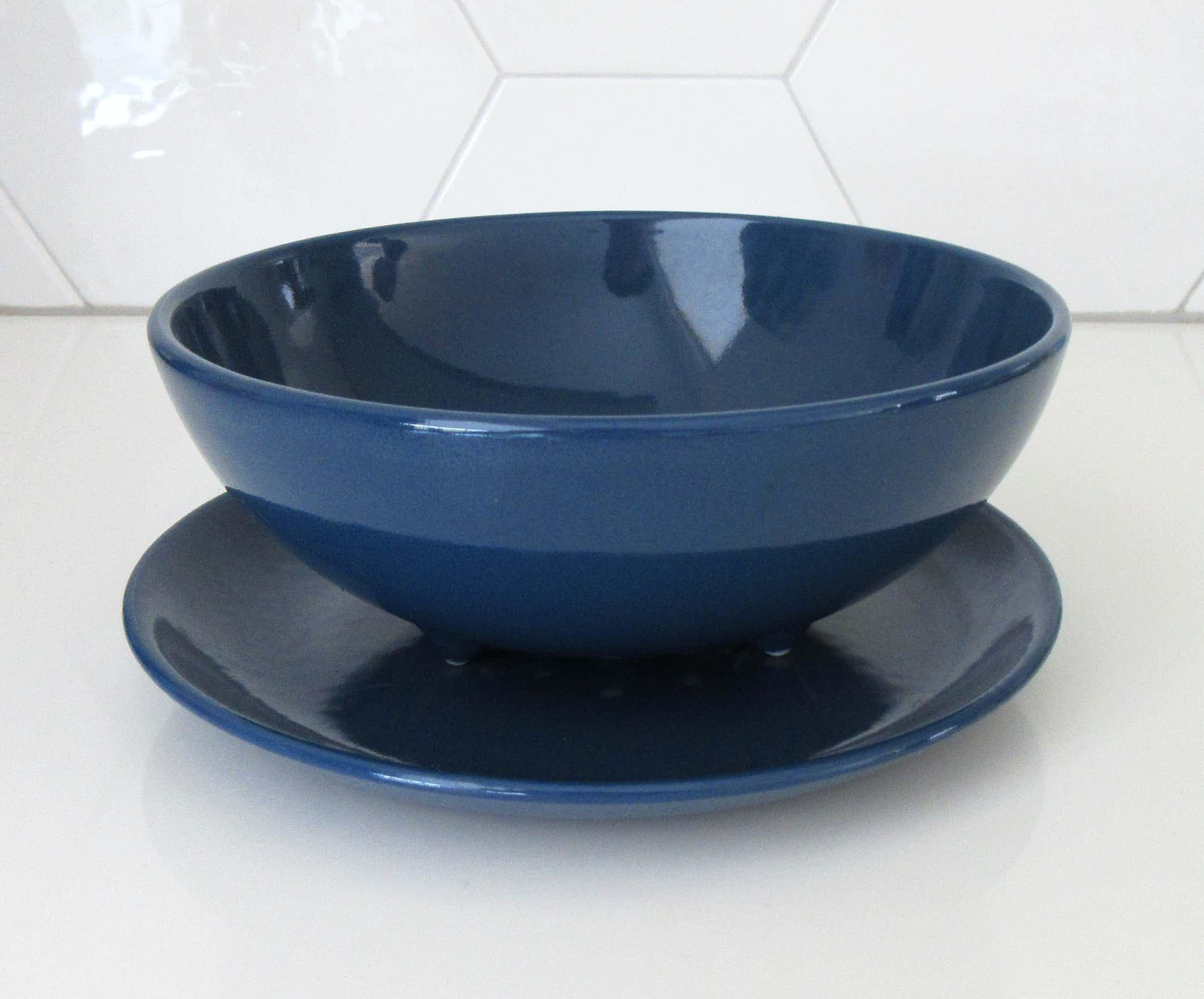 Ditmar Urbach - Art deco donkerblauwe aardewerken fruittest met onderbord kopen? Bied vanaf 27!