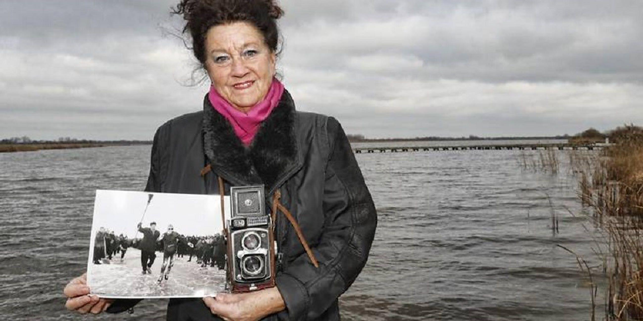 """Anneke Bleeker - Foto , """"Twee sokken"""" – ingelijst – ca 1975 kopen? Bied vanaf 50!"""