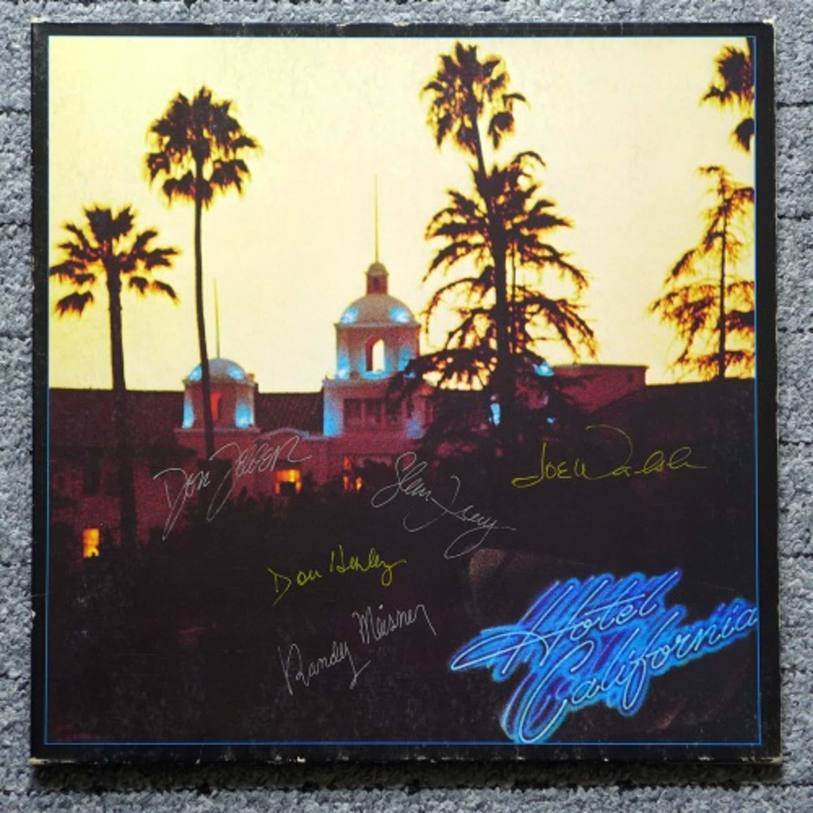 Eagles - Hotel California, Gatefold LP signiert von allen 5 Bandmitgliedern mit Poster kopen? Bied vanaf 99!