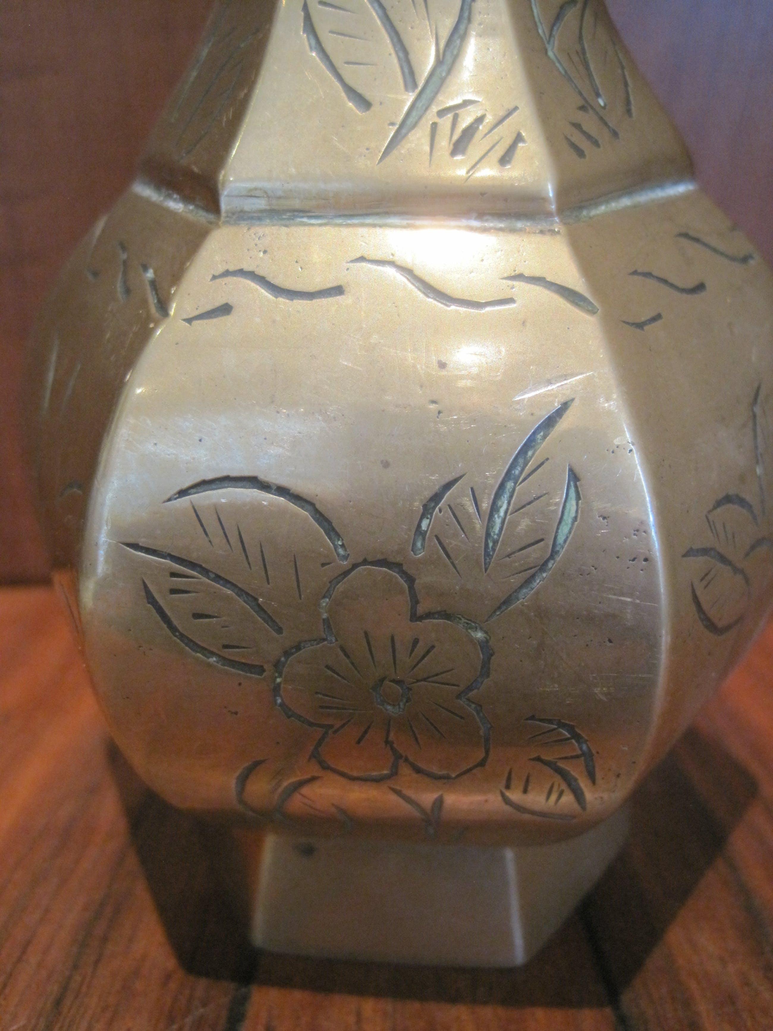 Brons (Onbekend) - Twee zeshoekige bronzen vaasjes. kopen? Bied vanaf 30!