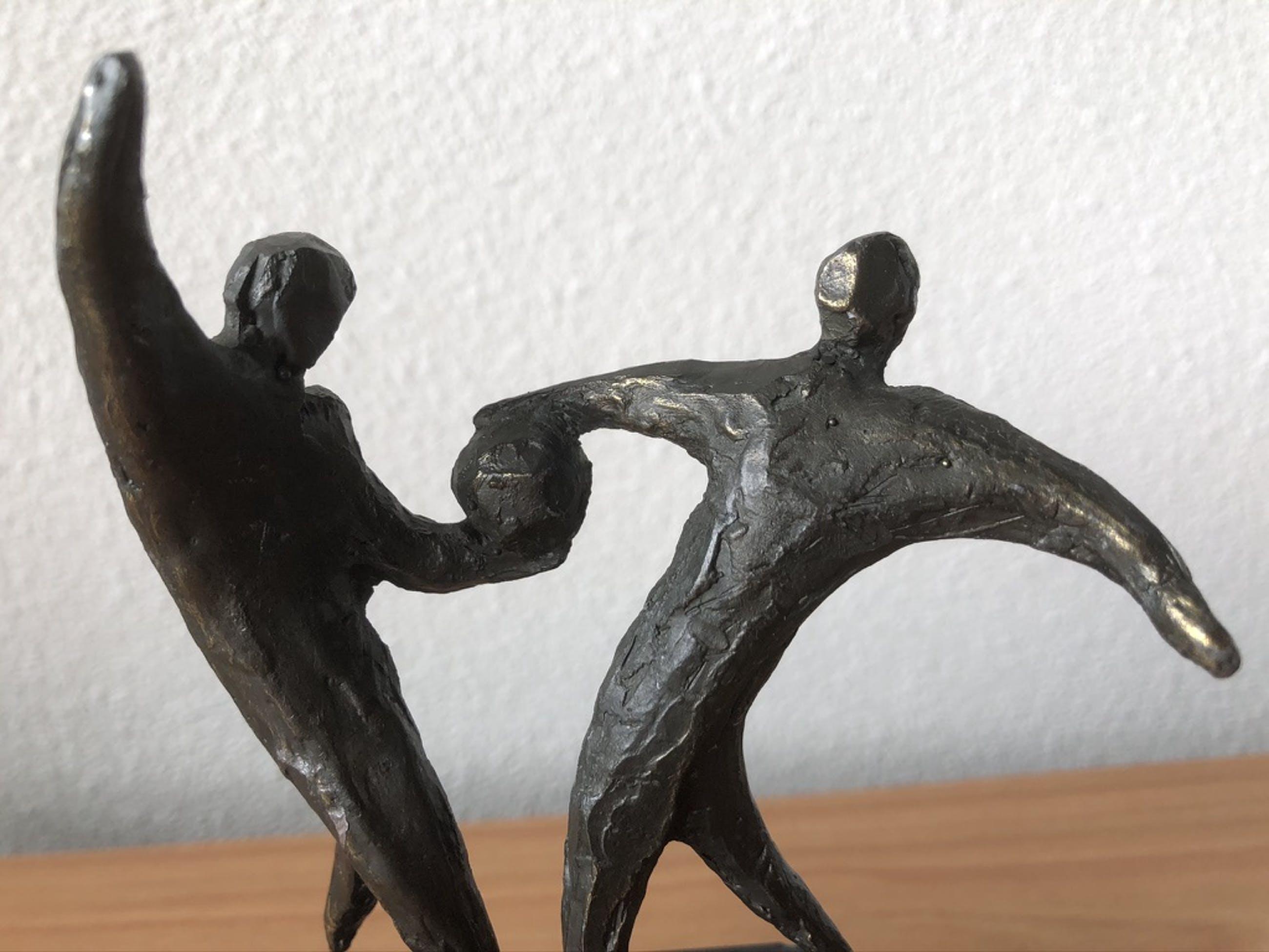Brons (Onbekend) - Beeldje van 2 personen die vechten om de bal. kopen? Bied vanaf 20!