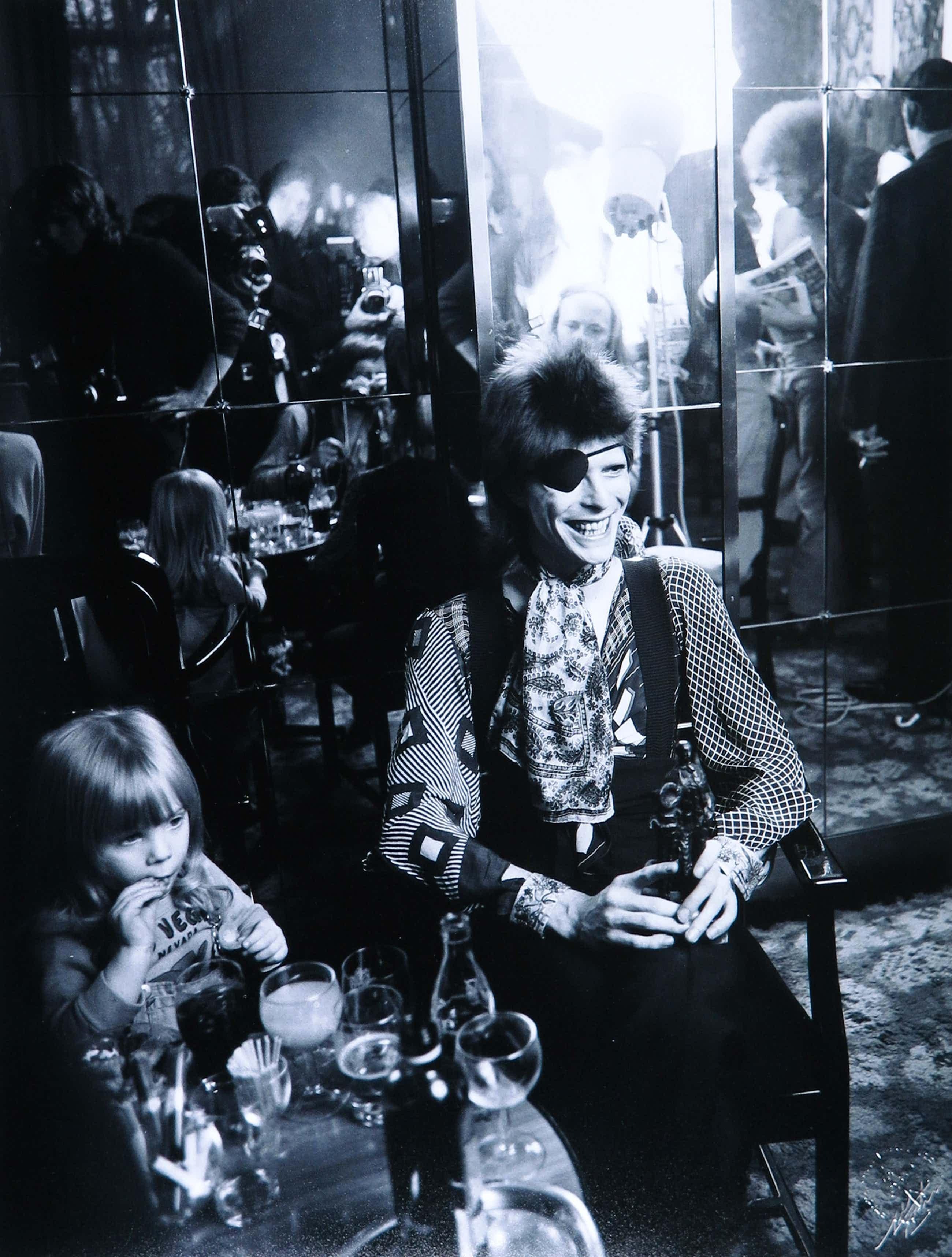 Nico Koster - Foto, Portret van David Bowie met zijn zoon in het Amstel Hotel in 1973 kopen? Bied vanaf 160!