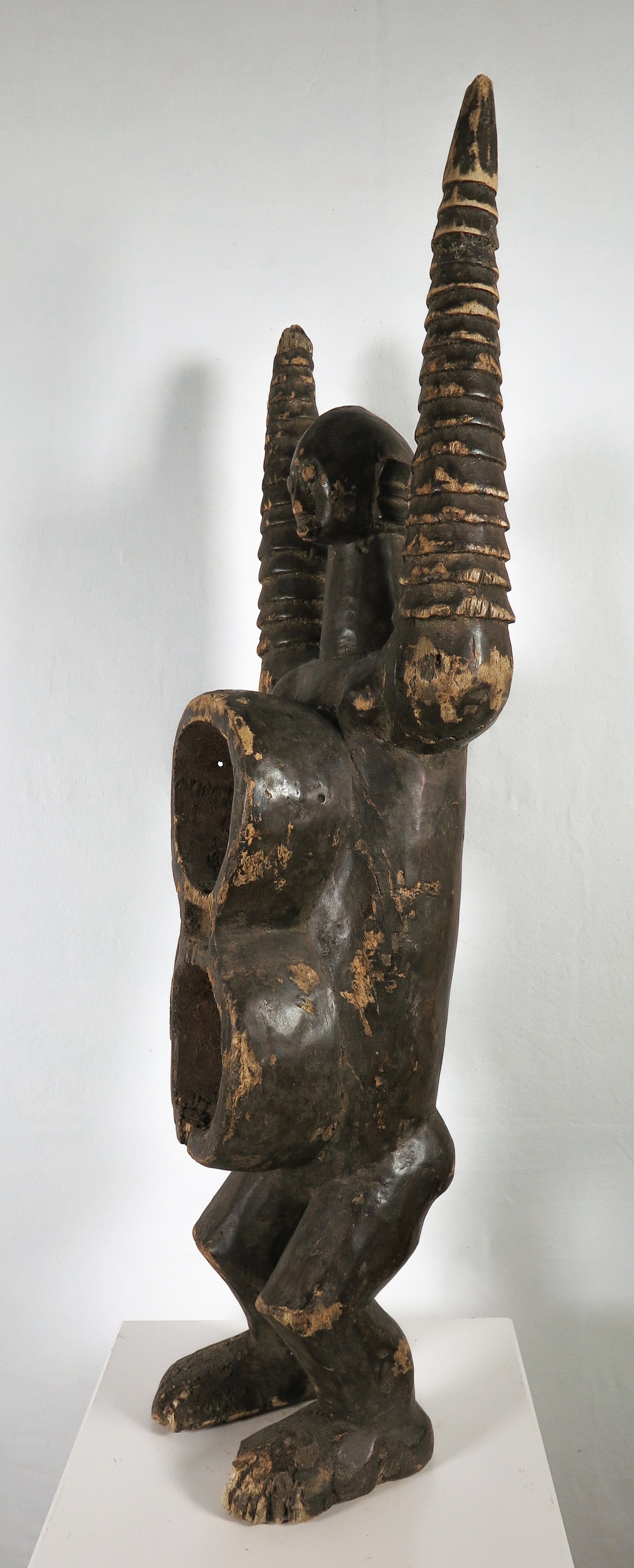 Koro - Houten bekerfiguur met armen omhoog kopen? Bied vanaf 1!