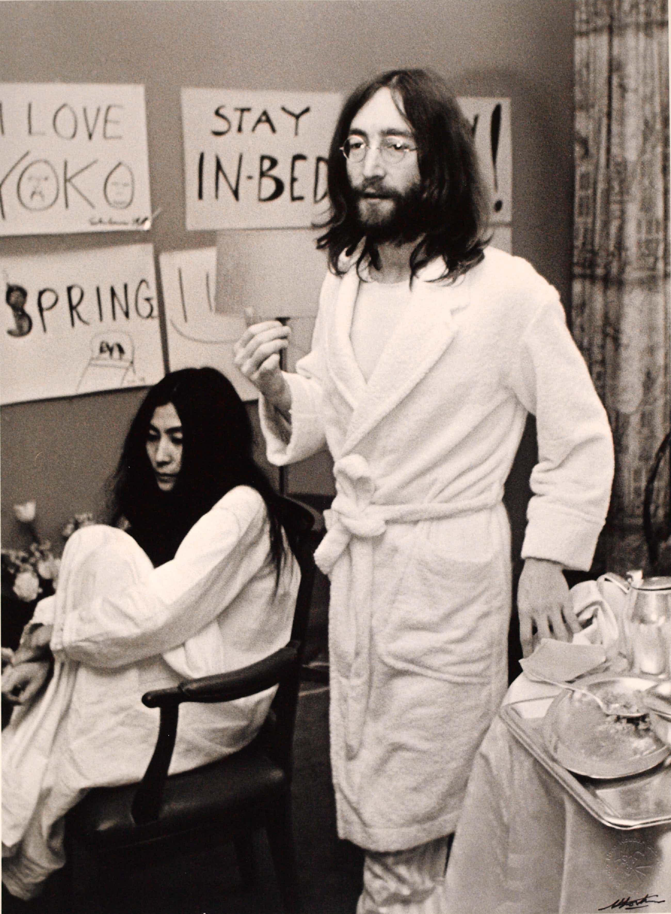 Nico Koster - Foto, John Lennon & Yoko Ono - Hilton Hotel tijdens de 'Bed-in for Peace' in '69 kopen? Bied vanaf 175!