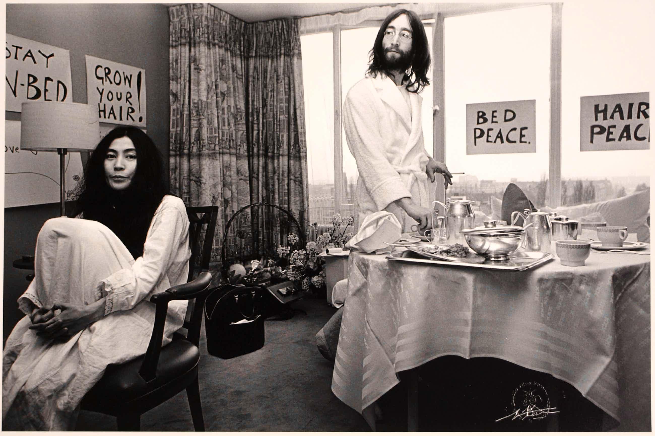 Nico Koster - Foto, John Lennon & Yoko Ono - Hilton Hotel tijdens de 'Bed-in for Peace' in '69 kopen? Bied vanaf 270!