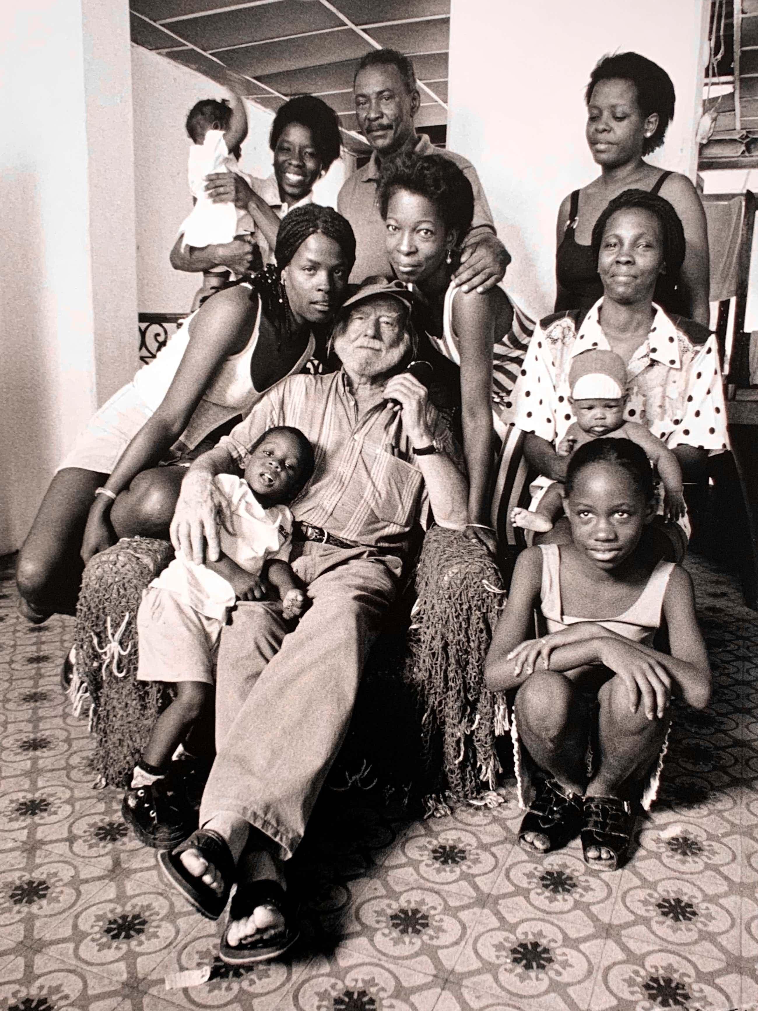 Nico Koster - handgesigneerde foto   'Corneille temidden van Cubaanse familie'   1999 kopen? Bied vanaf 70!