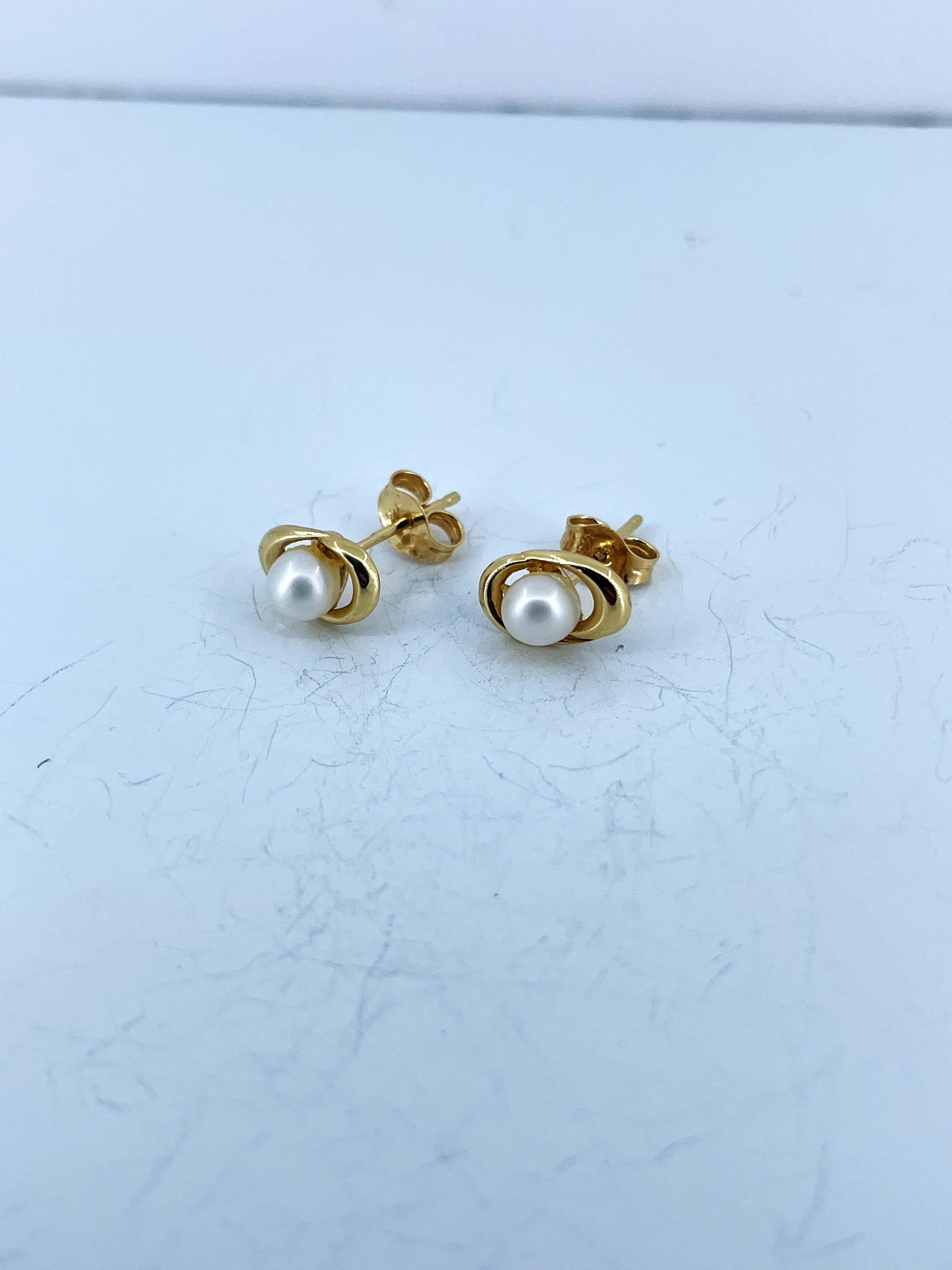 18kt gouden oorstekers  met cultivé parel, 0,88 gr kopen? Bied vanaf 70!