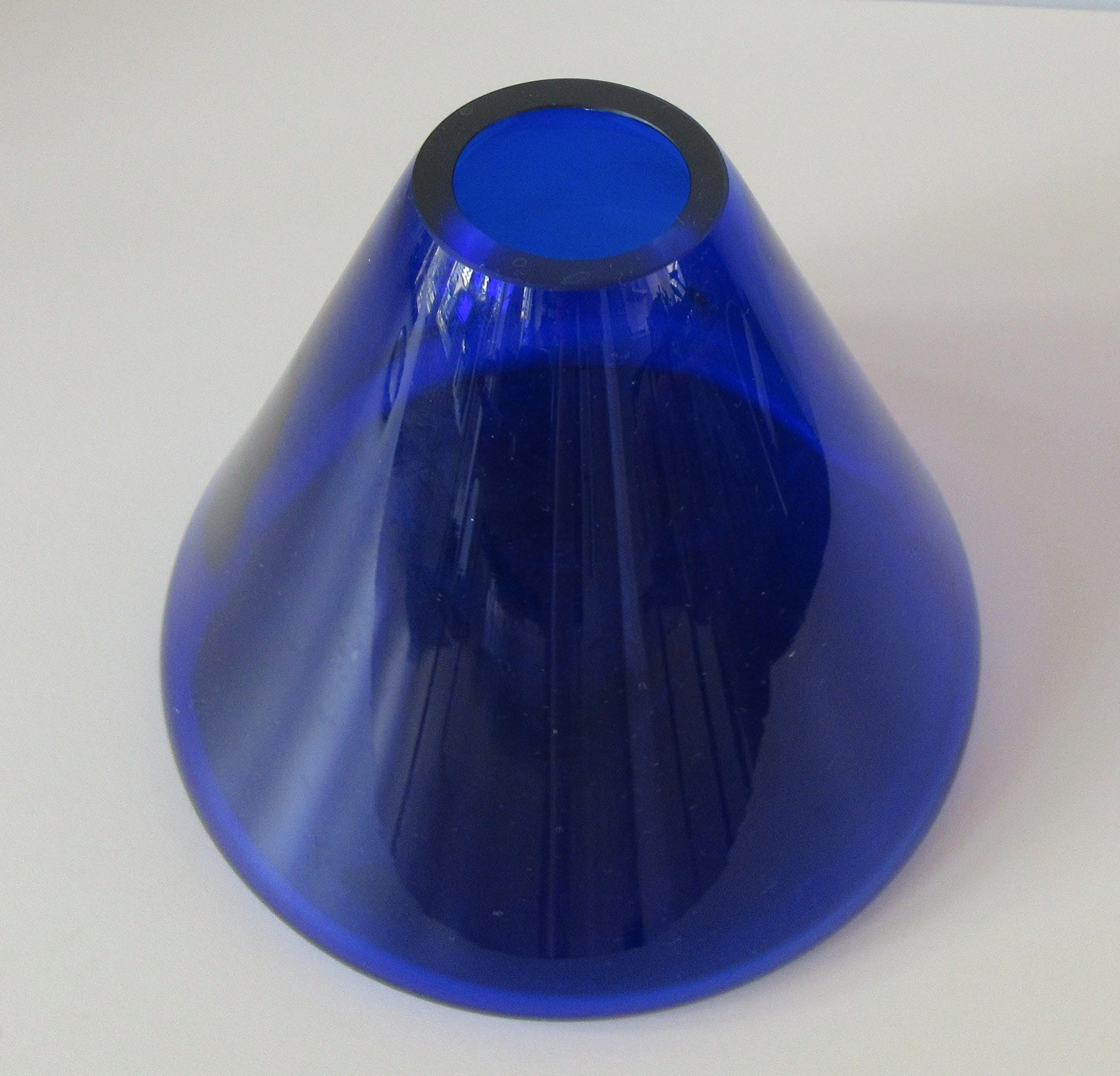 Niet of onleesbaar gesigneerd - Drie blauwe vintage glazen vazen kopen? Bied vanaf 1!