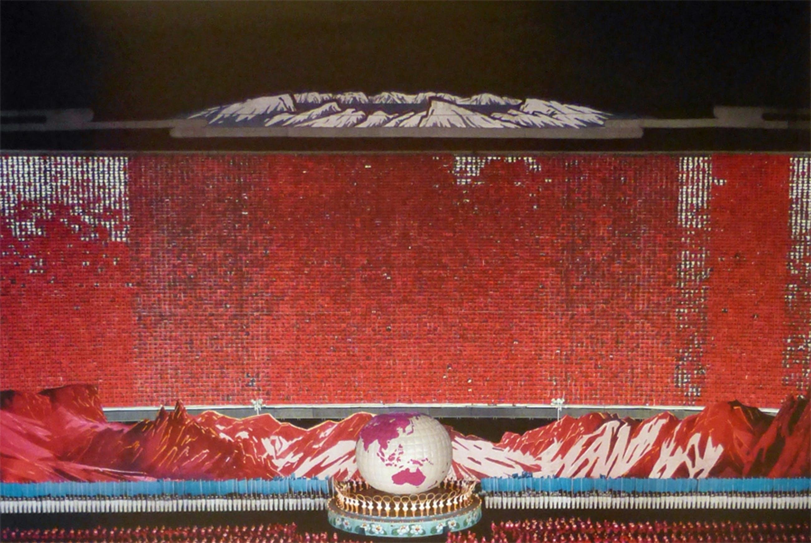 """Andreas Gursky - """"Pyongyang IV"""" Moderna Museet Stockholm 2009 kopen? Bied vanaf 950!"""