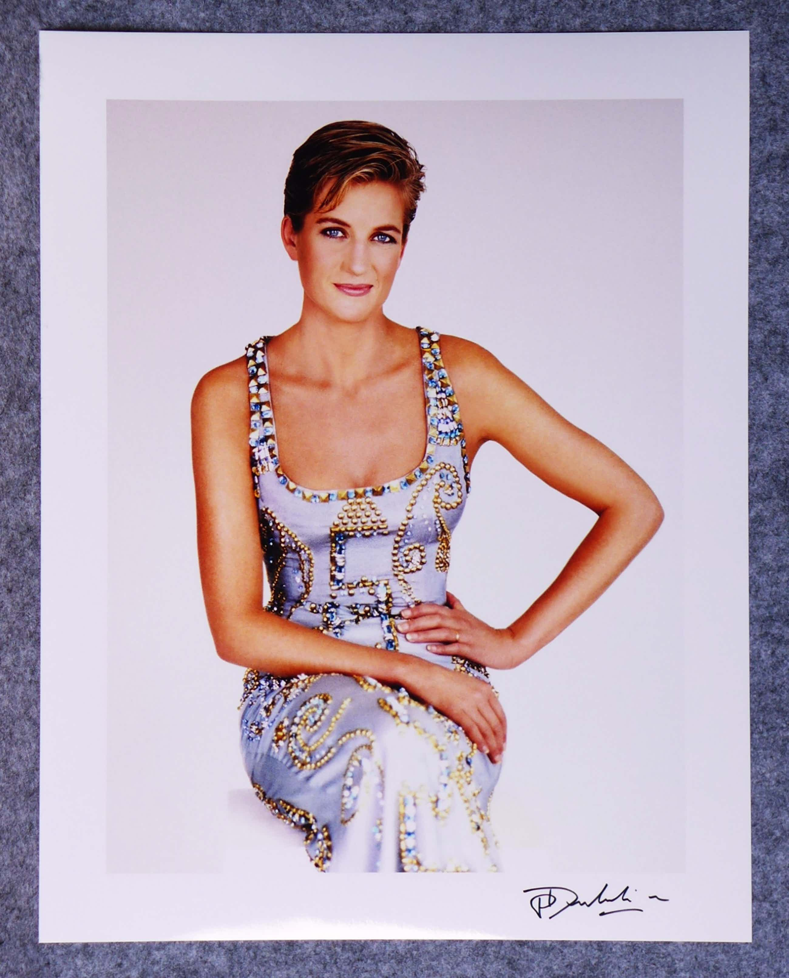 Patrick Demarchelier - Autogramm auf Fotografie HRH Lady Diana Princess of Wales Versace Dress kopen? Bied vanaf 49!