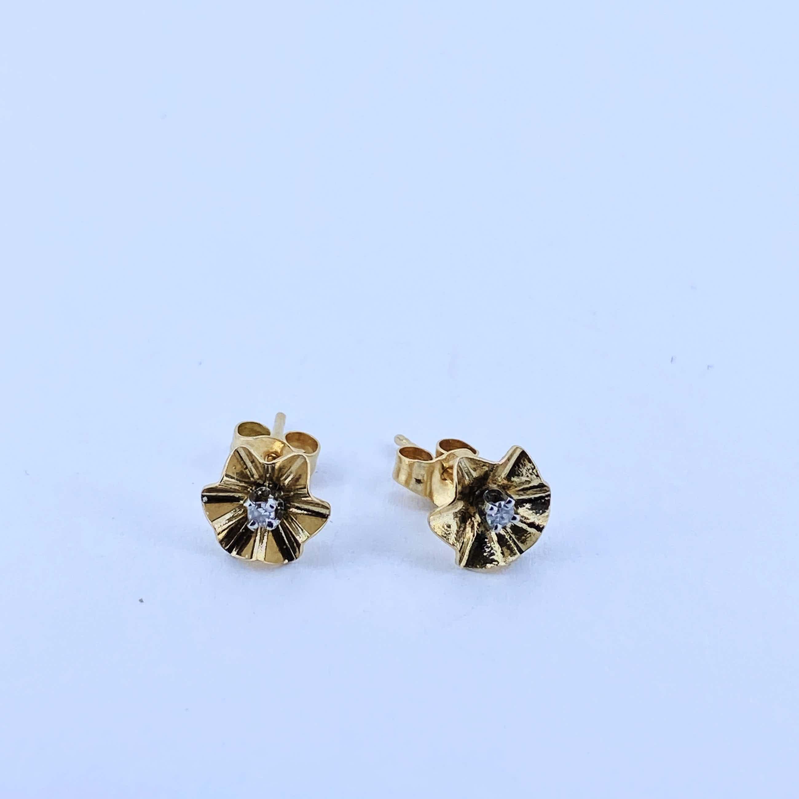 18kt gouden oorbellen met diamant, 0,66 gr kopen? Bied vanaf 75!