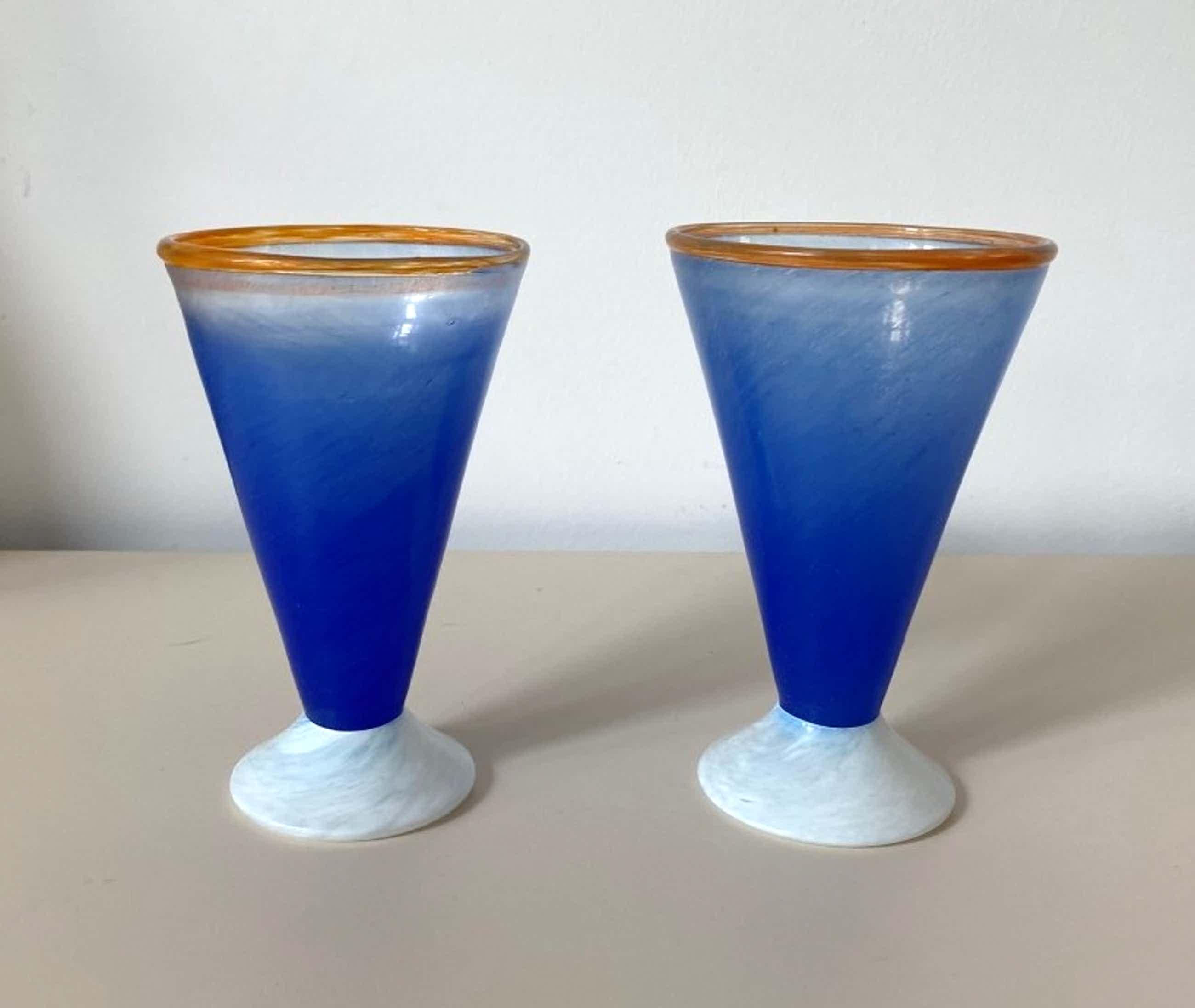 Niet of onleesbaar gesigneerd - Jema Boda Glasbruk - twee gekleurde vaasjes - A. Gray kopen? Bied vanaf 1!