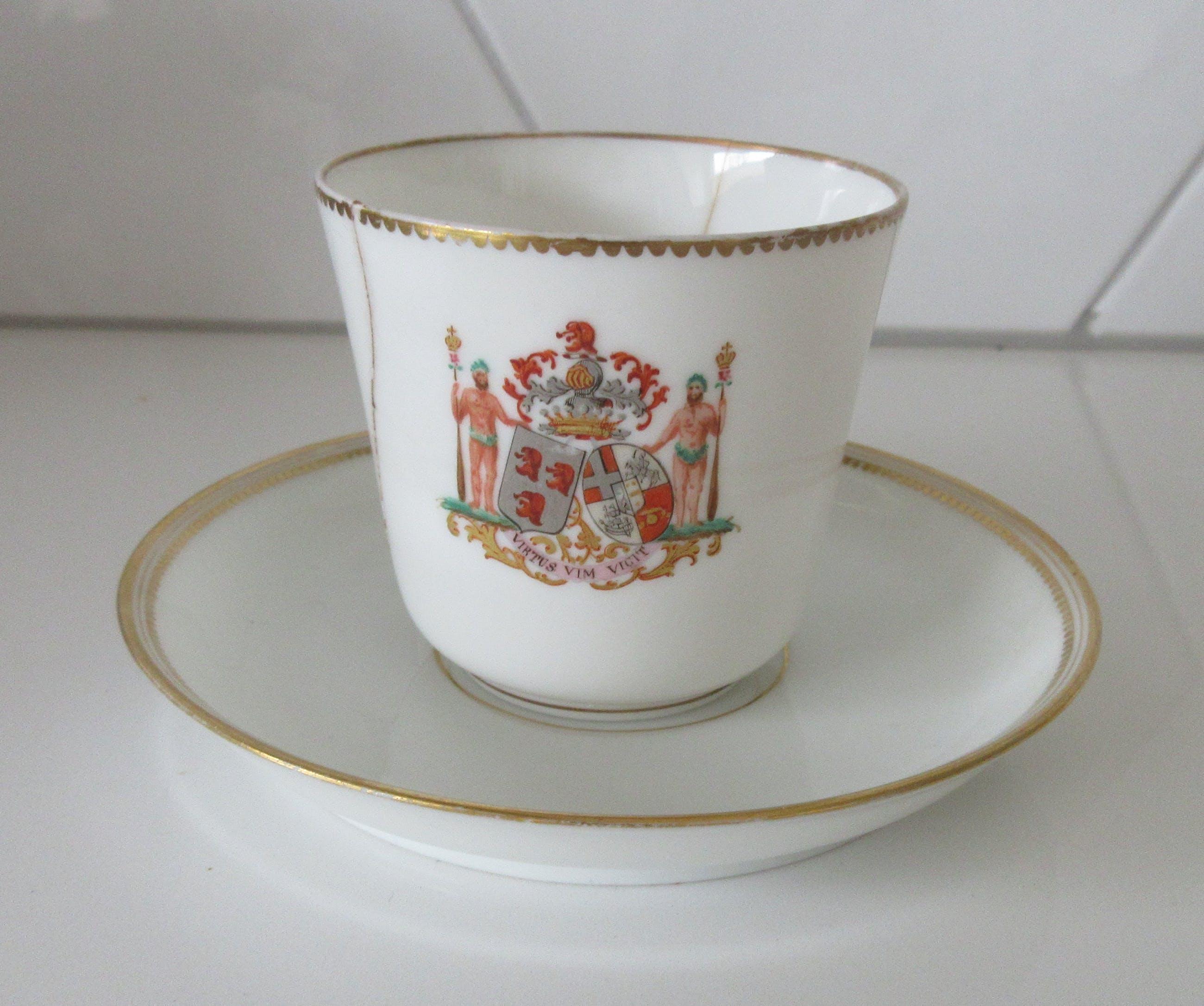 Niet of onleesbaar gesigneerd - Twee 19e eeuwse eierschaal porseleinen kop- en schotels met een handbeschilderde kopen? Bied vanaf 1!
